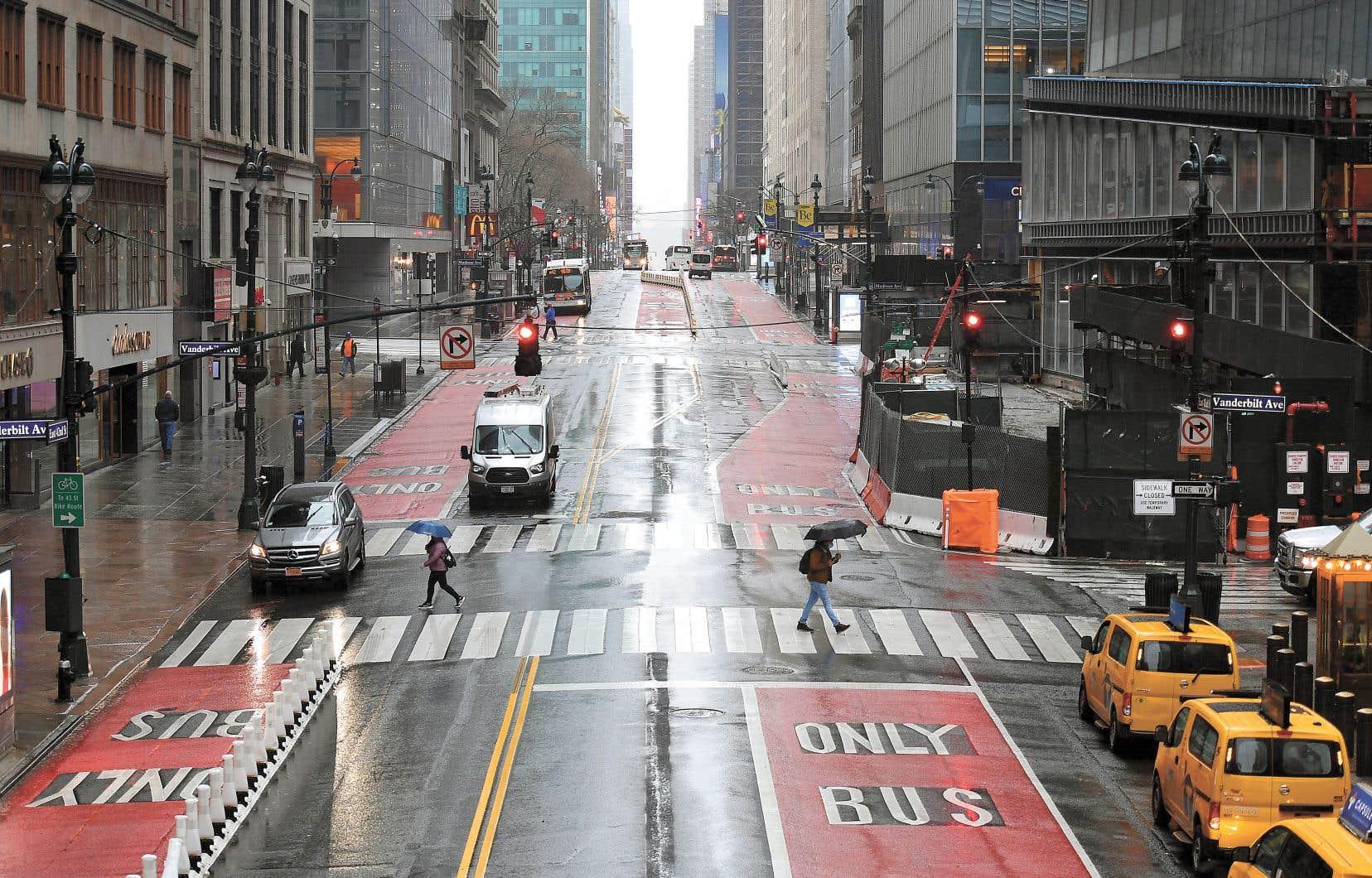 La ville de New York fonctionne maintenant au ralenti. Le taux de nouvelles infections double tous les trois jours dans l'État.