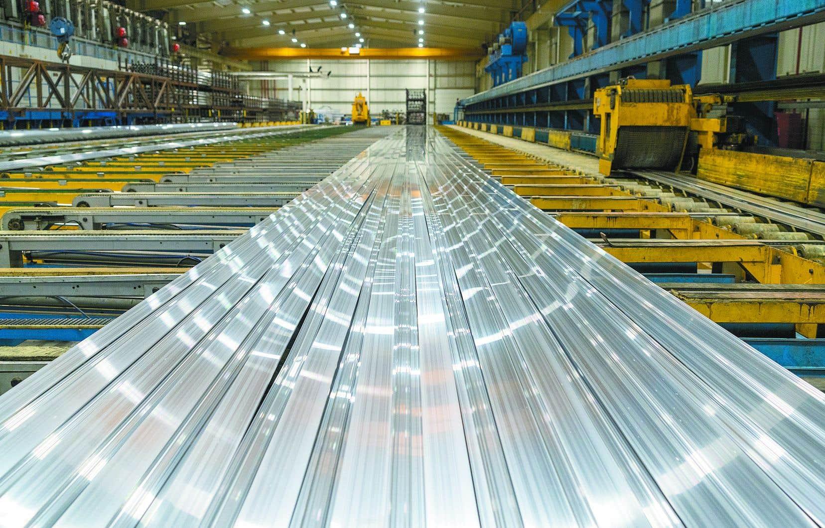 Le secteur québécois de l'aluminerie, qui représente 90 % des exportations canadiennes d'aluminium, compte 7800 employés sur les planchers d'usine et 20 000 autres travailleurs directement dépendants.
