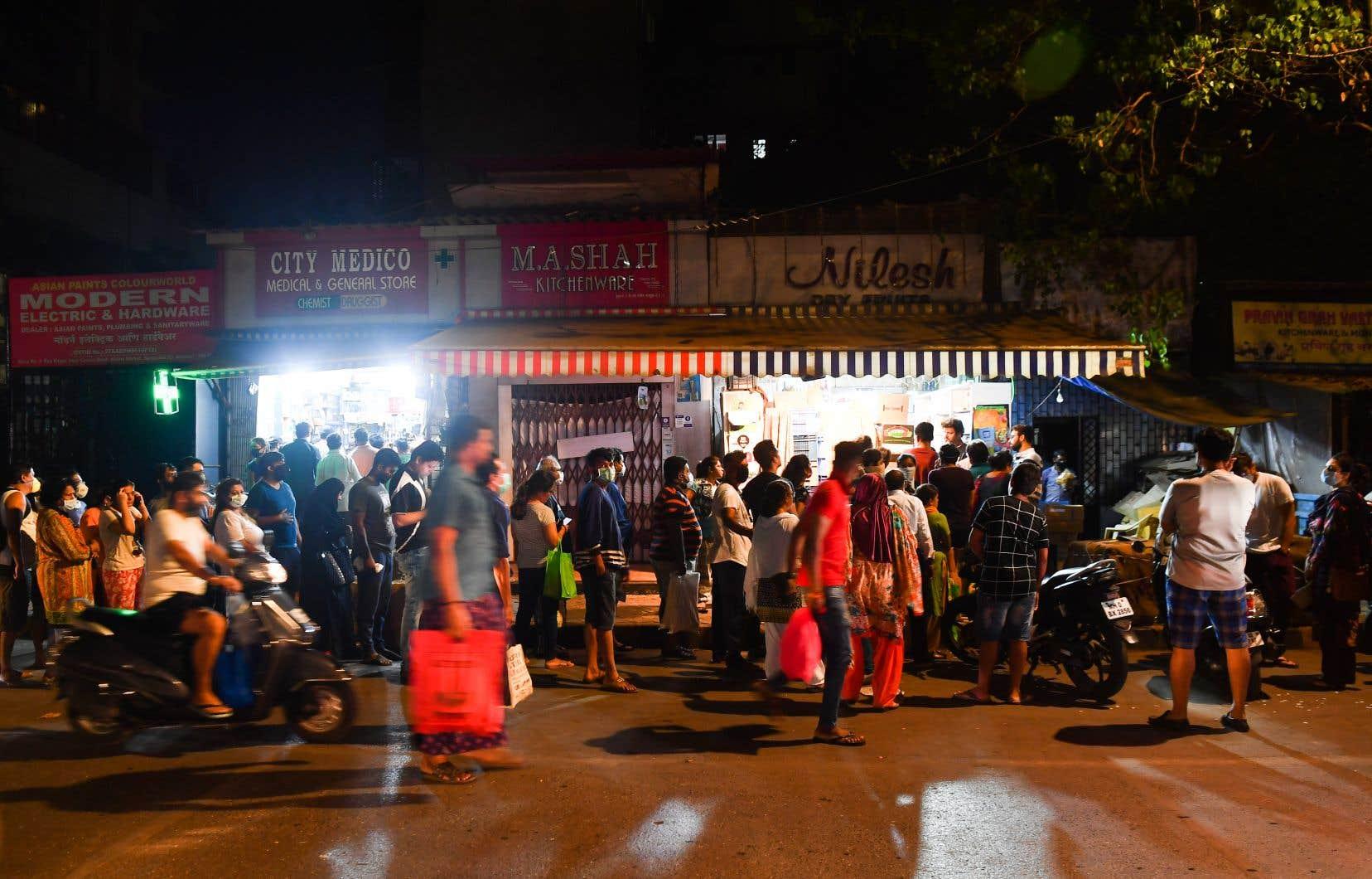 Des Indiens à travers le pays se sont précipités en panique vers des magasins d'alimentation pour faire des stocks de provisions.
