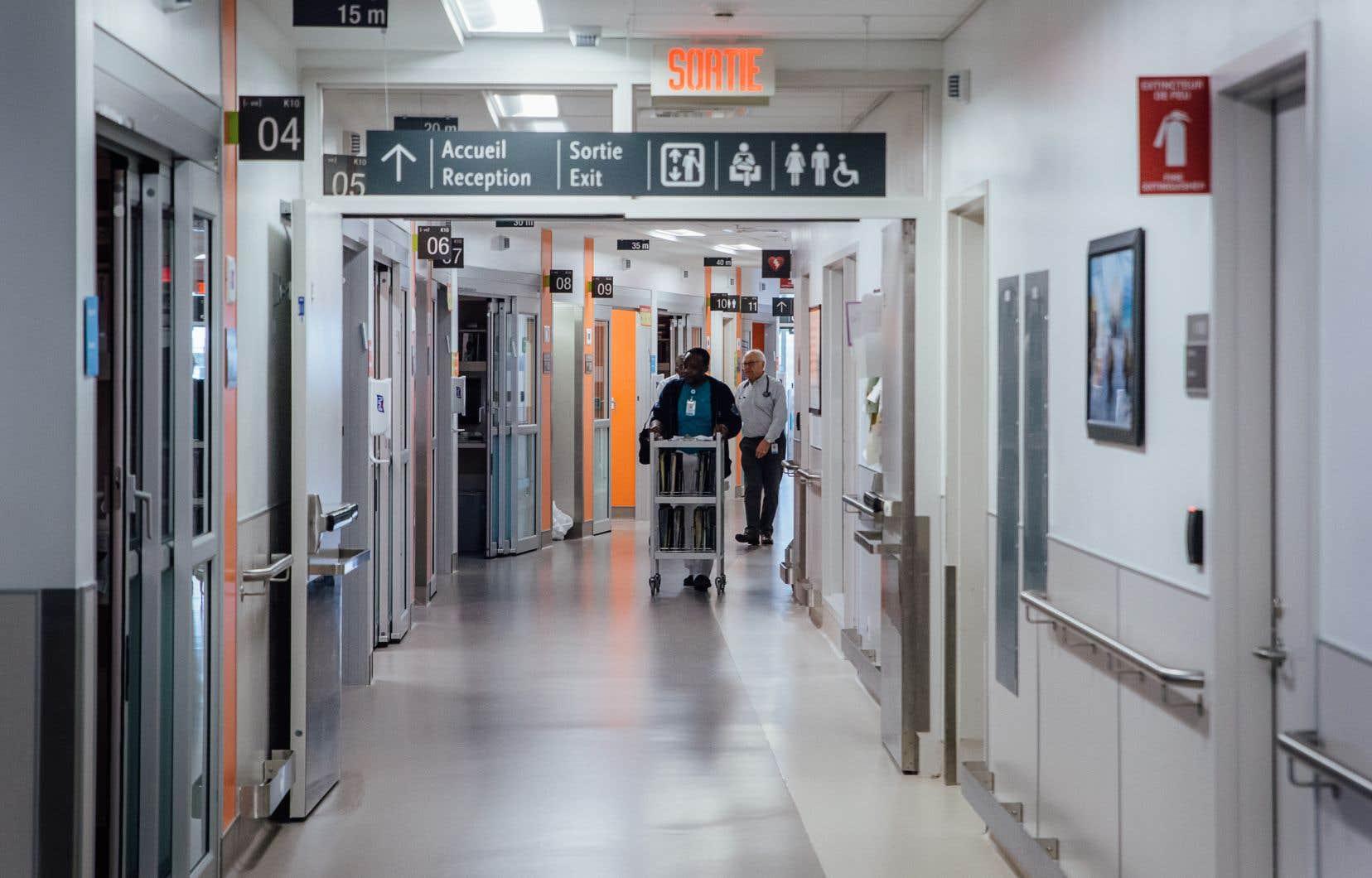 Dans les hôpitaux du Québec, les effets de la distanciation sociale, et maintenant du confinement, commencent à se faire sentir, selon plusieurs psychiatres.