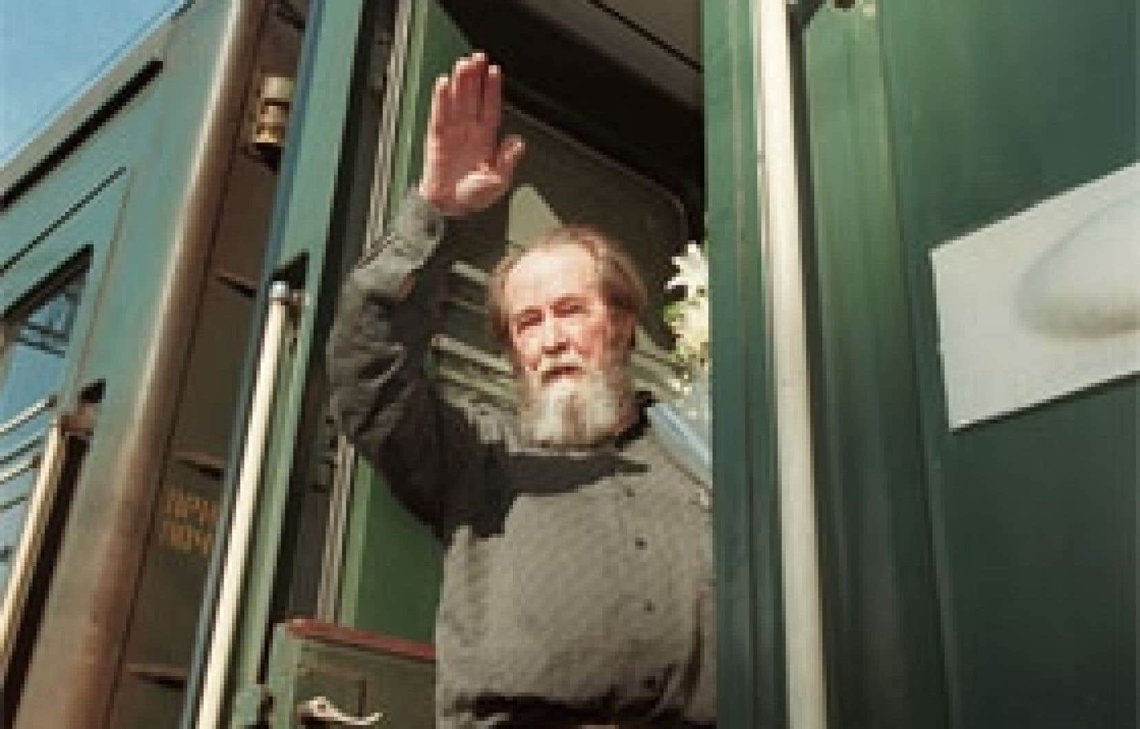 Alexandre Soljenitsyne en 1994, après son retour en Russie, entreprend un voyage triomphal en train transsibérien vers Moscou.