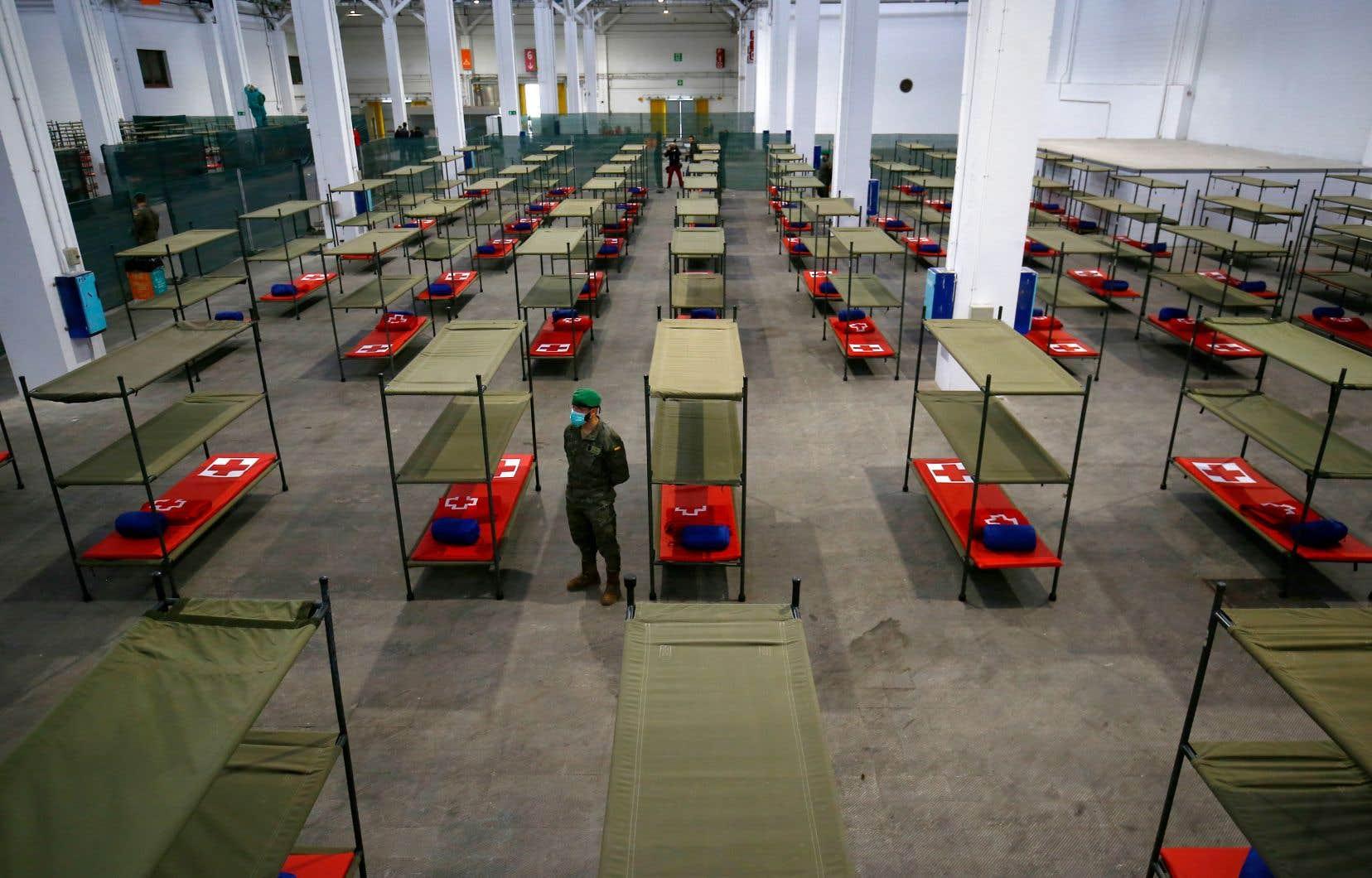 Un soldat montait la garde dans un hôpital d'urgence à Barcelone, en Espagne. Le pays est maintenant le plus touché après l'Italie.
