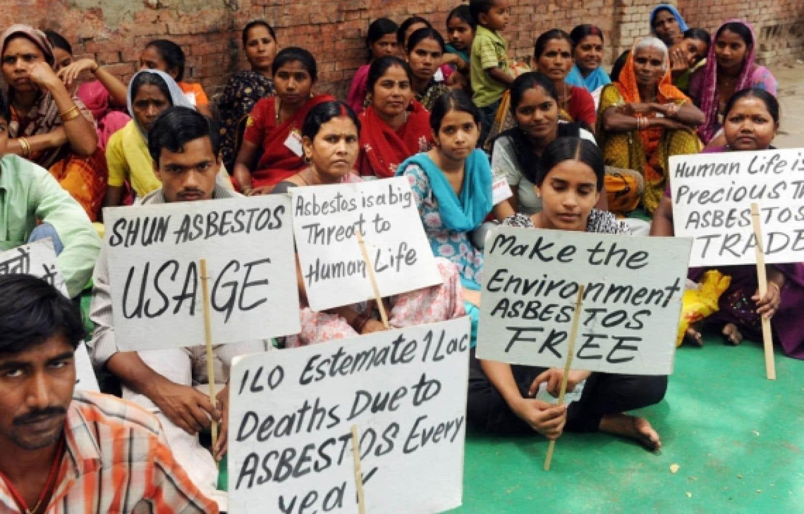 En Inde, des travailleurs de la construction, appuyés par leurs familles, ont même fait la grève pour qu'on banisse l'amiante.<br />