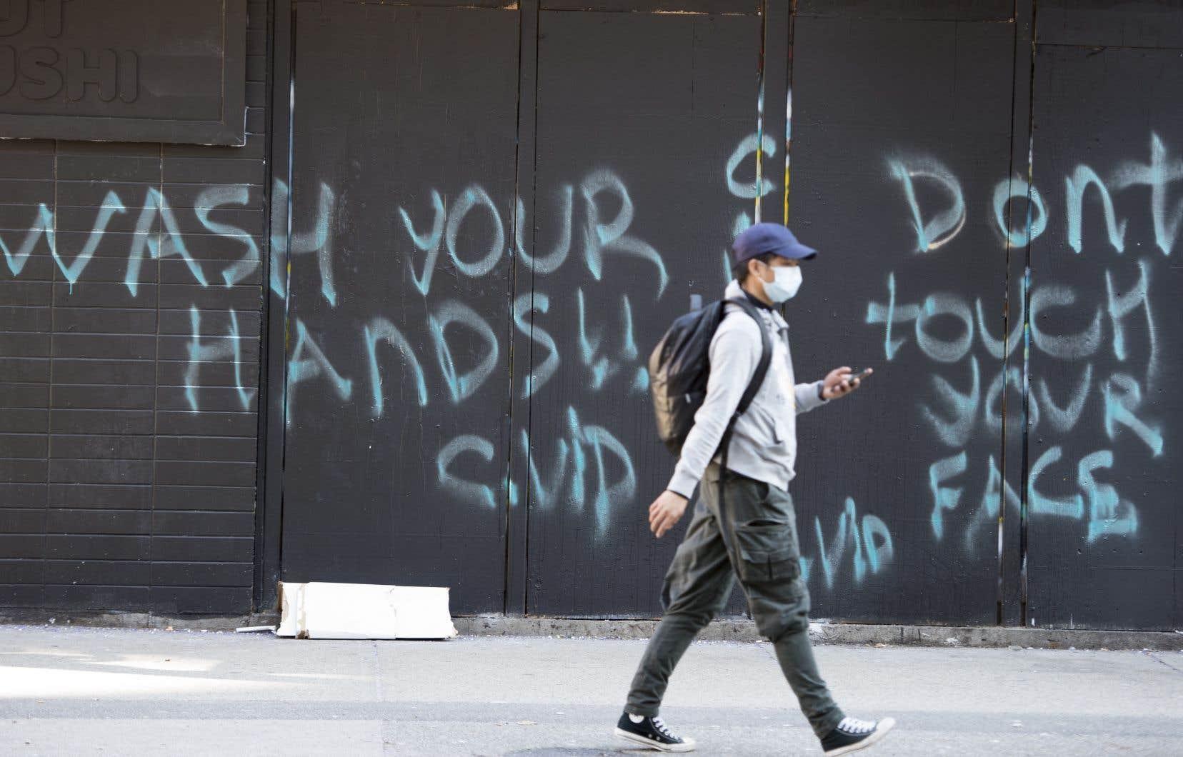 Des graffitis à Vancouver encouragent la population à se plier aux directives de santé publique.