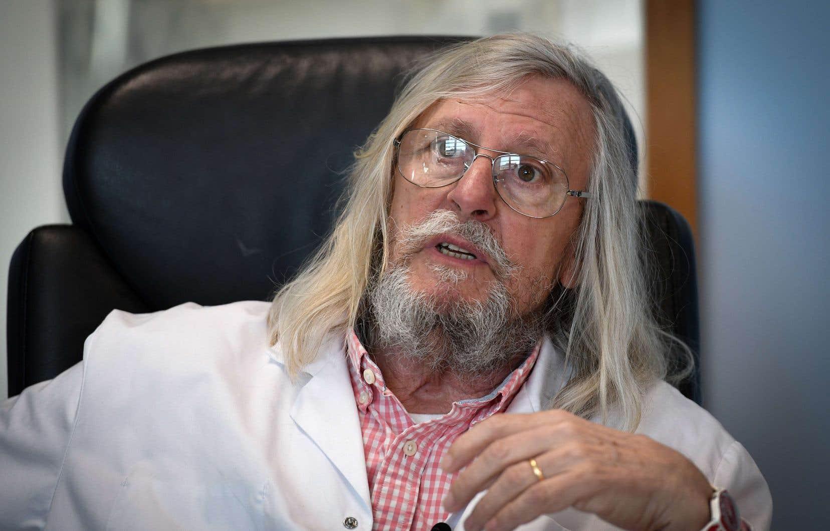 Didier Raoult affirme avoir trouvé un traitement efficace contre la COVID-19, mais ses démarches scientifiques sont contestées.