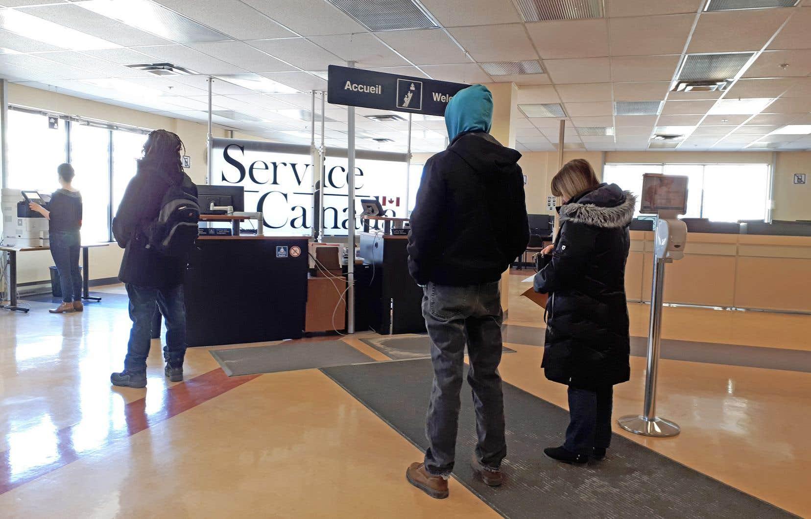 La Prestation canadienne d'urgence s'adresse aux salariés et aux travailleurs autonomes ayant cessé d'occuper leur emploi pendant quatorze jours consécutifs en raison de la pandémie.