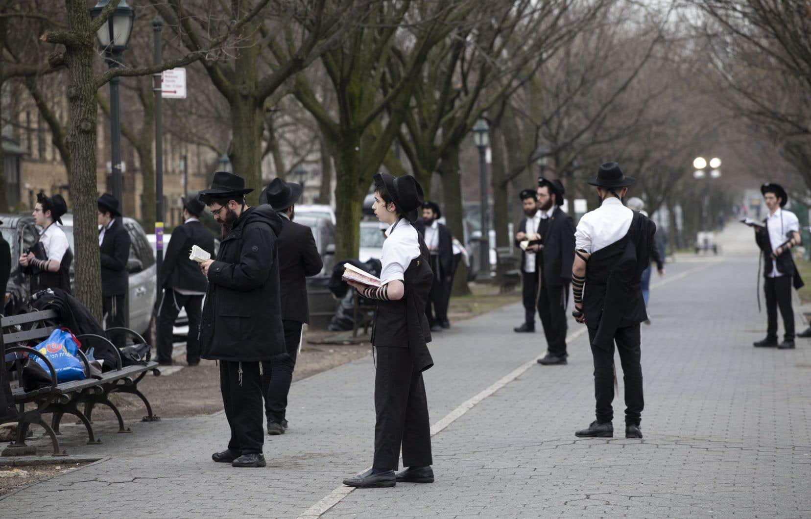 «L'hypothèse la plus probable» est que certains membres de la communauté aient été infectés lors d'un voyage à New York il y a deux semaines et demie pour célébrer la fête de Pourim, a expliqué Abraham Ekstein, un porte-parole du comité d'intervention juif COVID-19.