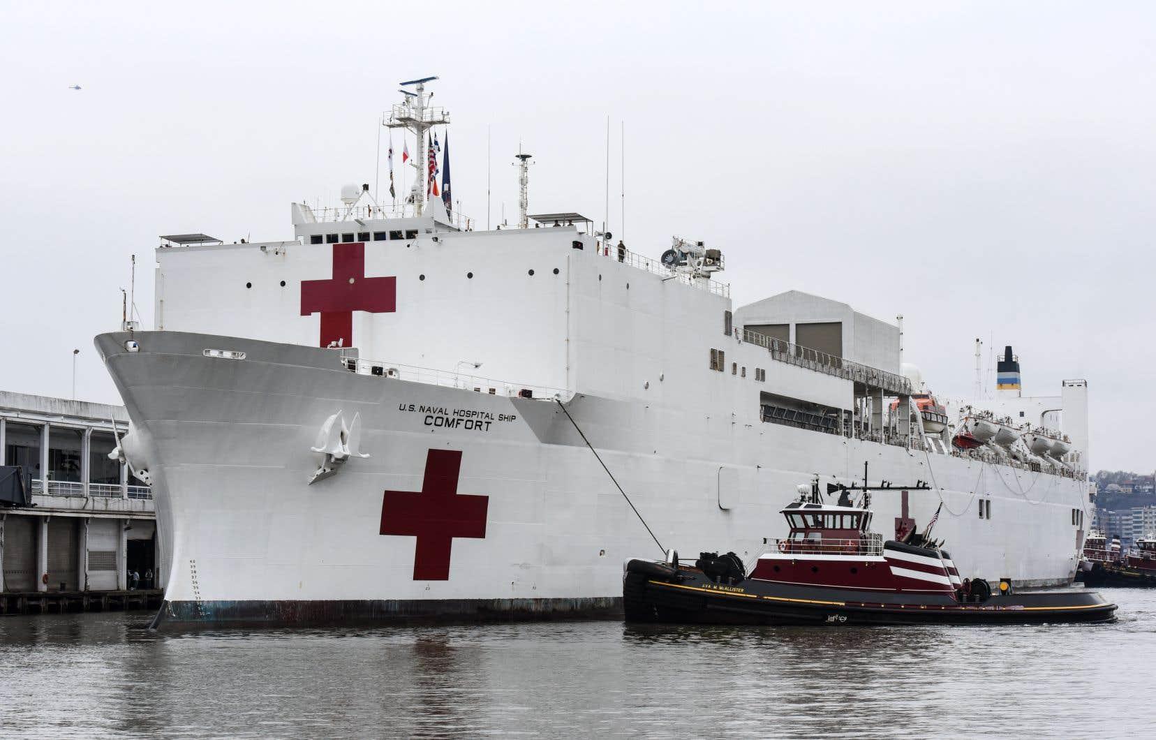 Le <i>USNS Comfort,</i>équipé de 12 salles d'opération et 1200 soignants,est arrivé lundi matin dans le port de New York.