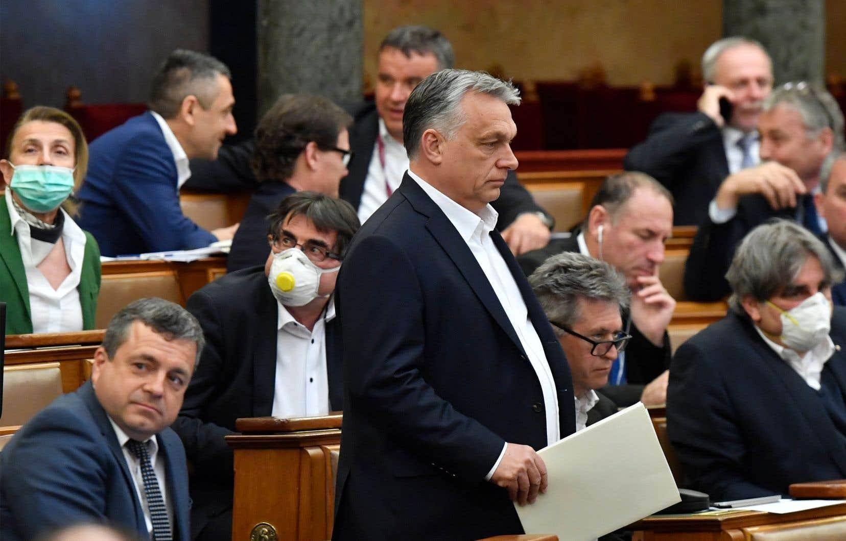 Le premier ministre hongrois Viktor Orban (au centre)