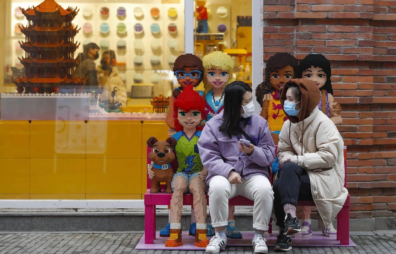 Les commerces de Wuhan rouvraient leurs portes lundi, mais les clients se faisaient rares.