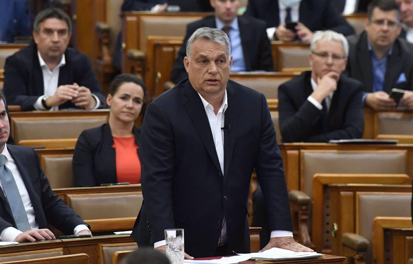 Lundi, le premier ministre souverainiste, Viktor Orbán, a fait voter par sa majorité de droite nationaliste une loi prolongeant l'état d'urgence sanitaire instauré le 11mars.