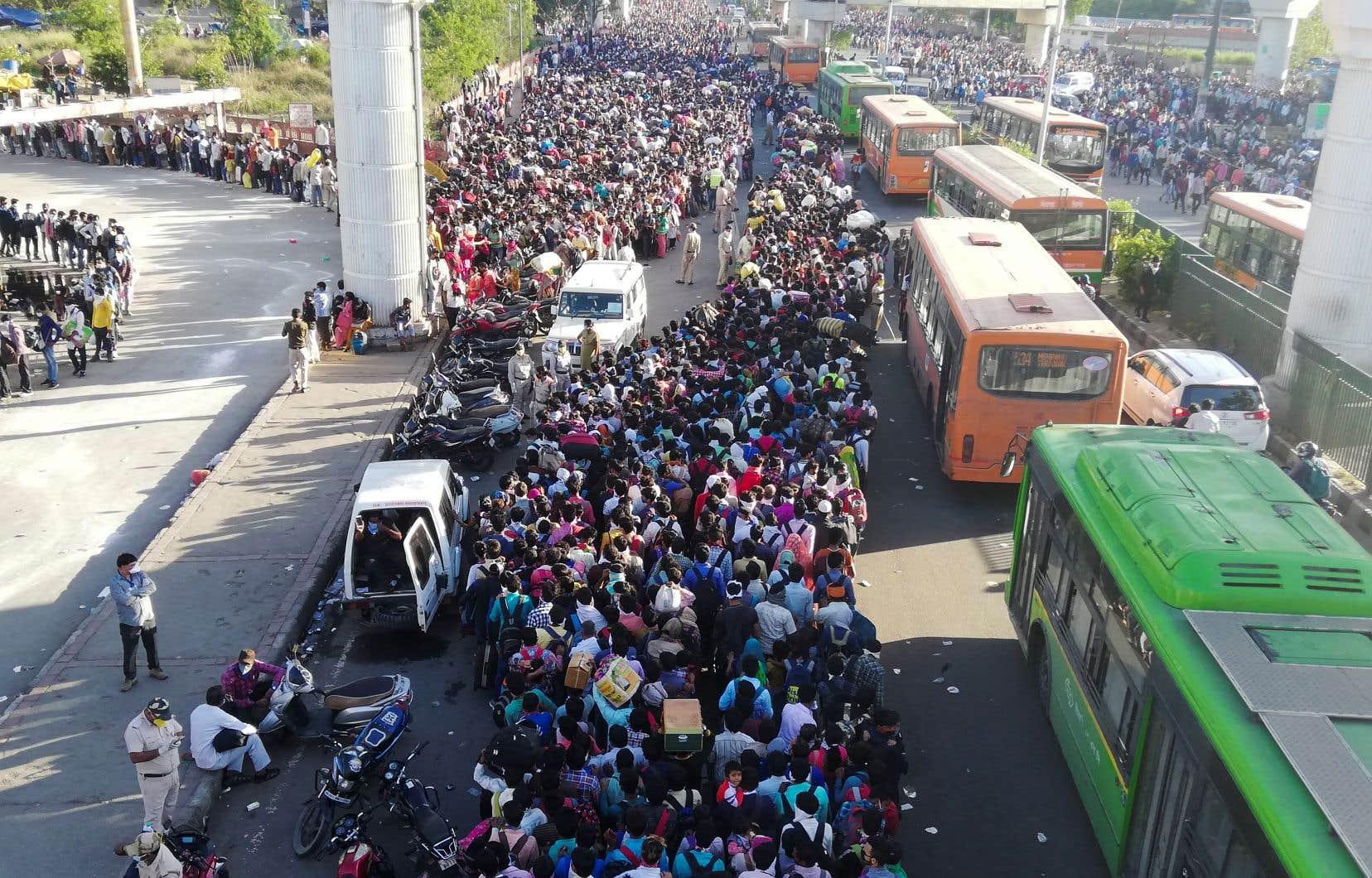 À la suite de mesures de confinement à New Delhi, des dizaines milliers de travailleurs migrants sont contraints de regagner leur village dans le chaos le plus total.