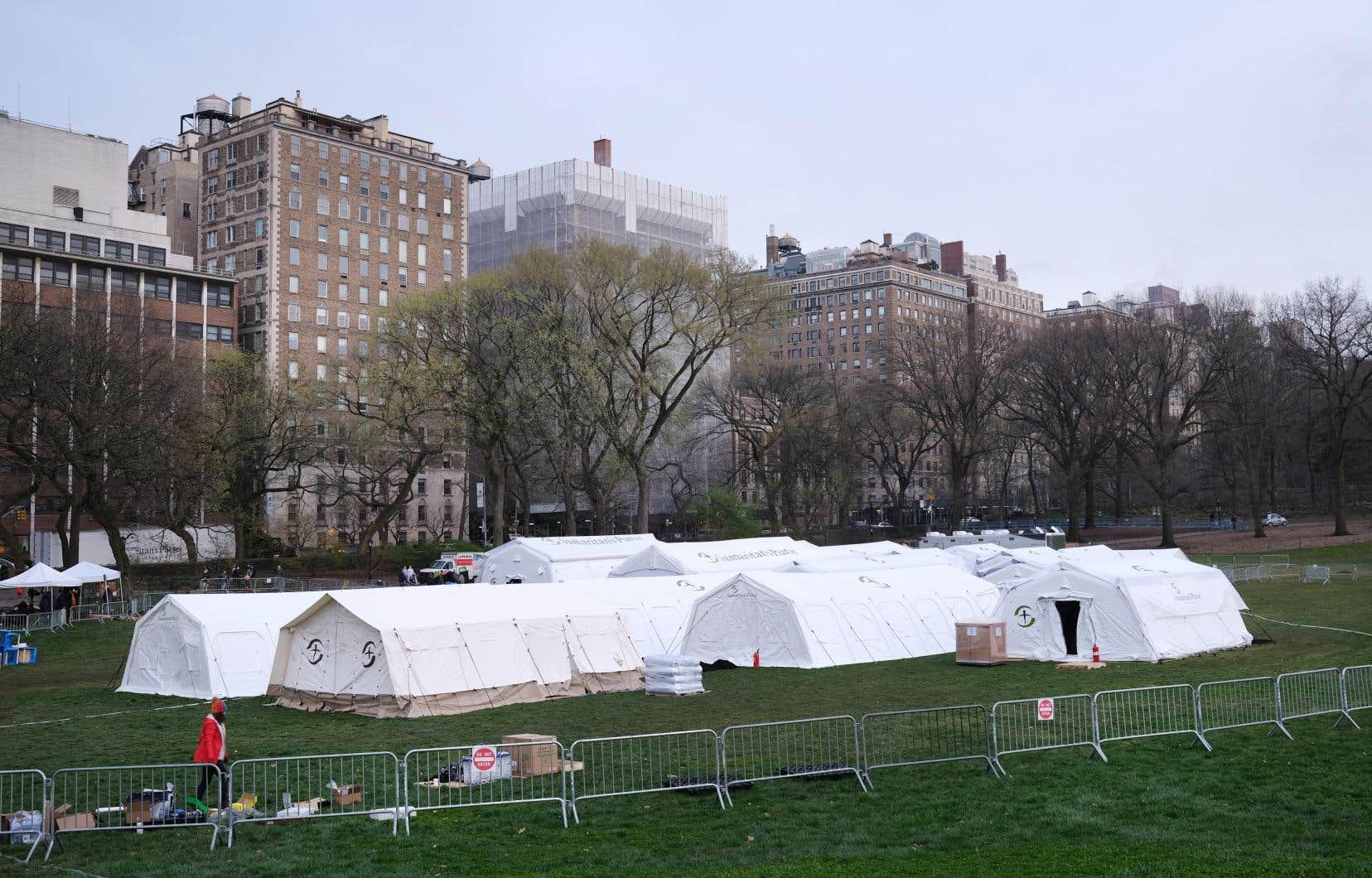 Une douzaine de tentes dressées dans Central Park depuis dimanche se préparaient mardi à accueillir jusqu'à 70 patients malades du virus provenant de l'hôpital Mount Sinai tout proche.