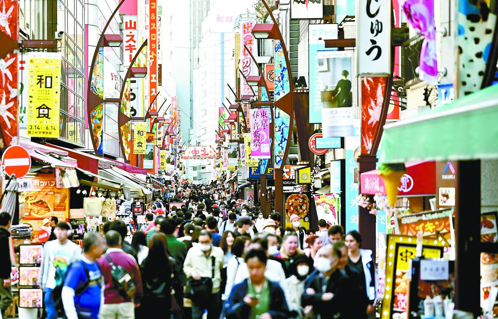 Le Japon est réputé pour des interactions sociales à faibles contacts physiques et pour ses citoyens qui se mettent en isolement naturellement lorsqu'ils ressentent des signes de maladies contagieuses.