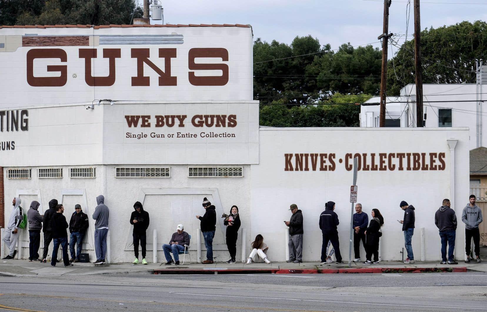 À Los Angeles, les groupes pro-armes ont réussi à faire reconnaître les armureries comme magasins essentiels, forçant les autorités à les maintenir ouvertes.