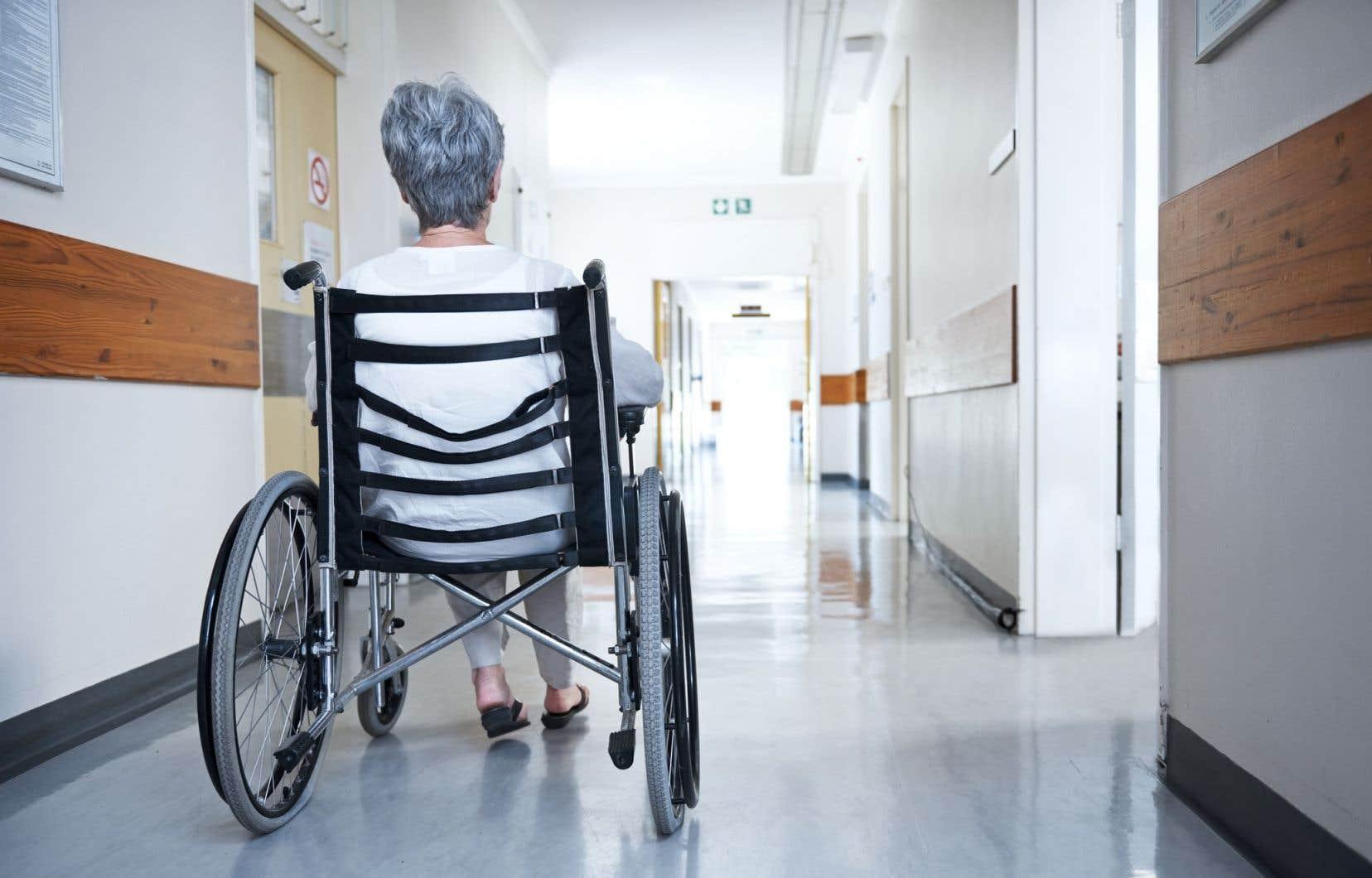 Les personnes âgées en santé pourront être accueillies dans leur famille alors que des centaines d'établissements pour aînés au Québec comptent au moins un cas de coronavirus.