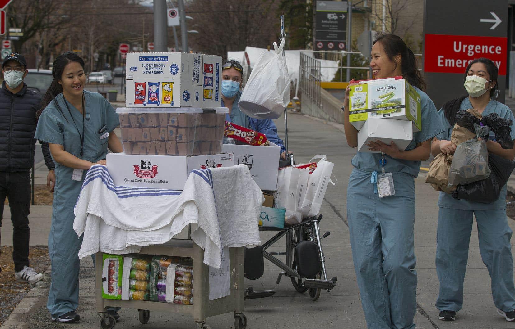 À défaut de pouvoir regarnir les stocks de gants et de masques, ces employées de l'Hôpital général juif de Montréal approvisionnent l'établissement en croustilles et autres douceurs.