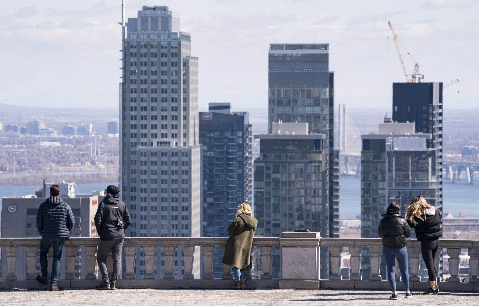 La Ville explique ces mesures par la décision du gouvernement québécois d'interdire tout rassemblement intérieur et extérieur.
