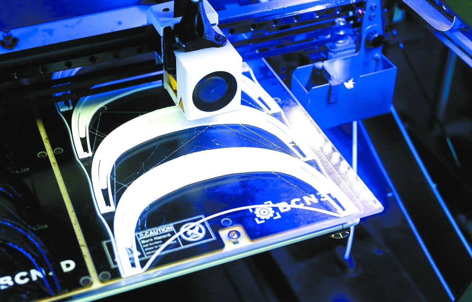 Une petite armée d'artistes et d'amateurs ont décidé d'utiliser leurs imprimantes 3D pour fabriquer des visières de protection pour le personnel de la santé, qui a cruellement besoin d'équipement.