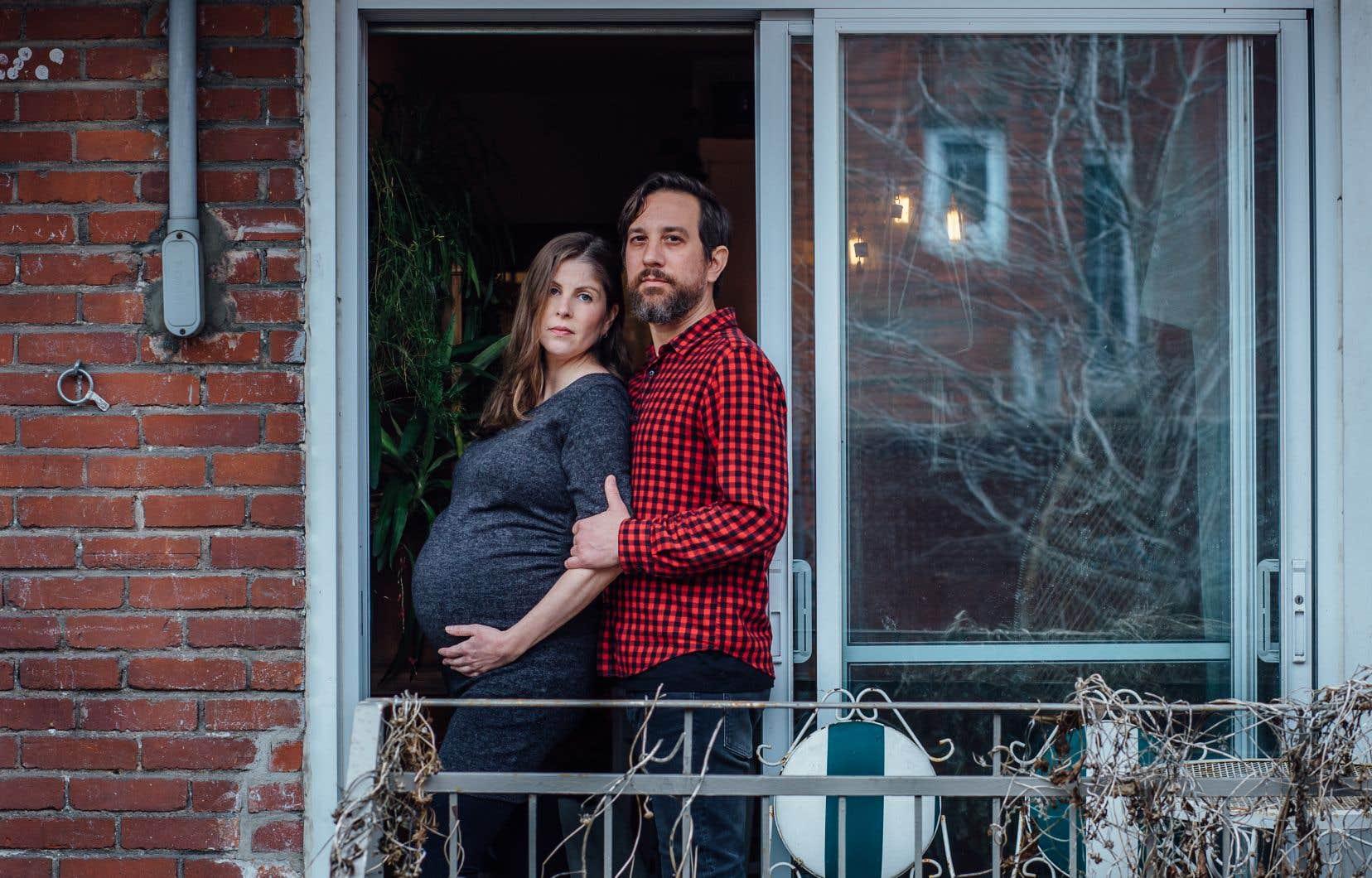 Sophie Gaillard, enceinte, et son conjoint, Vincent, sur le balcon arrière de leur appartement de Villeray