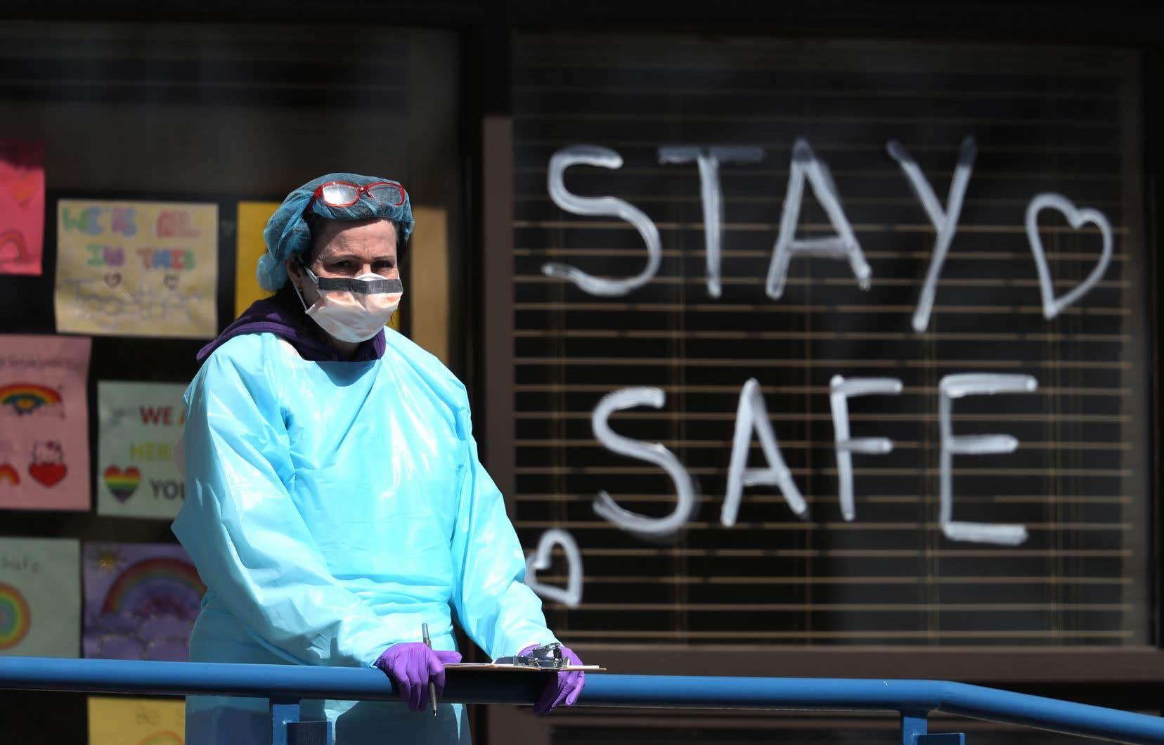 Un professionnel de la santé se trouve sur un site de test du coronavirus au volant géré par ProHealth Care le 06 avril 2020 à Jericho, New York.