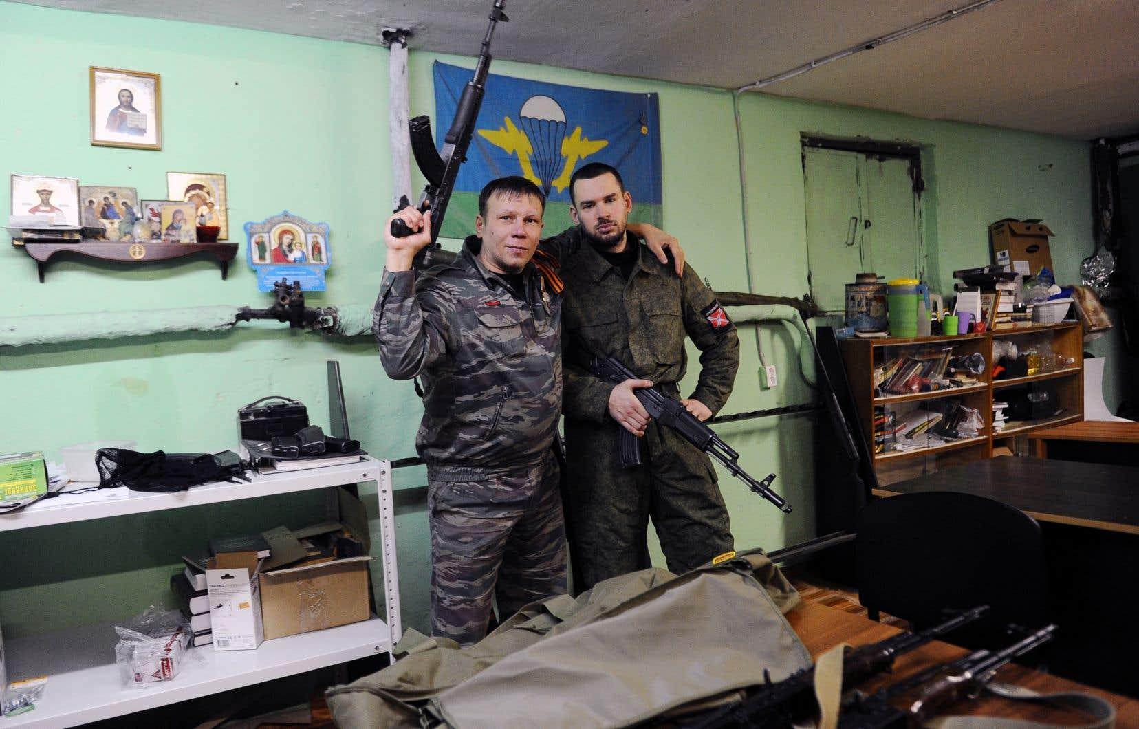 La mesure vise un groupe nommé Mouvement impérial russe. Sur cette photo prise en 2015, deux membres de ce groupe posent avec des armes d'assaut en Russie.