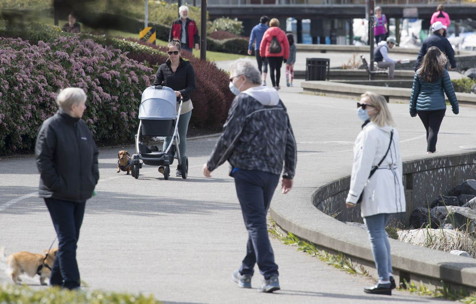 Les trottoirs étroits, en particulier dans les villes, empêchent les piétons de se tenir à 2 mètres de distance. Sur la photo, des piétons à Vancouver.