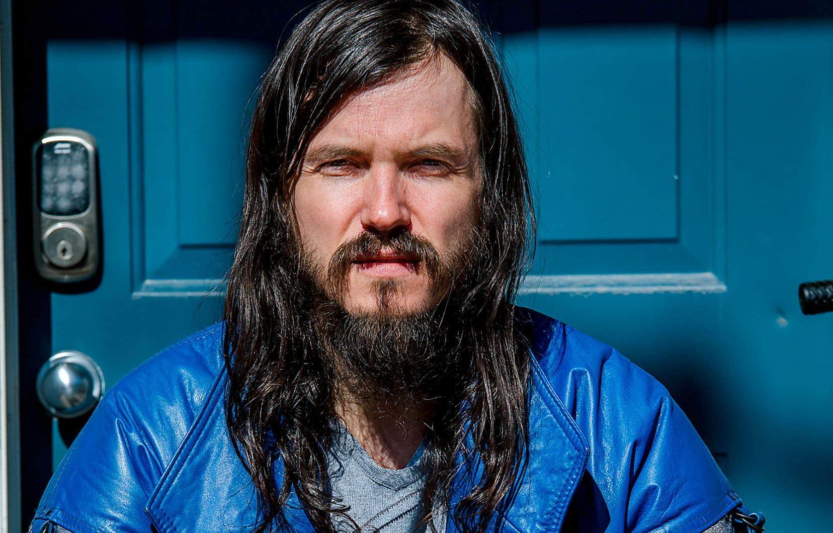 L'auteur-compositeur-interprète Philémon Cimon a lancé sur ses réseaux sociaux un mot-clic pour canaliser le mouvement: #musiquebleue, un clin d'œil au «Panier bleu» mis sur pied par Québec.