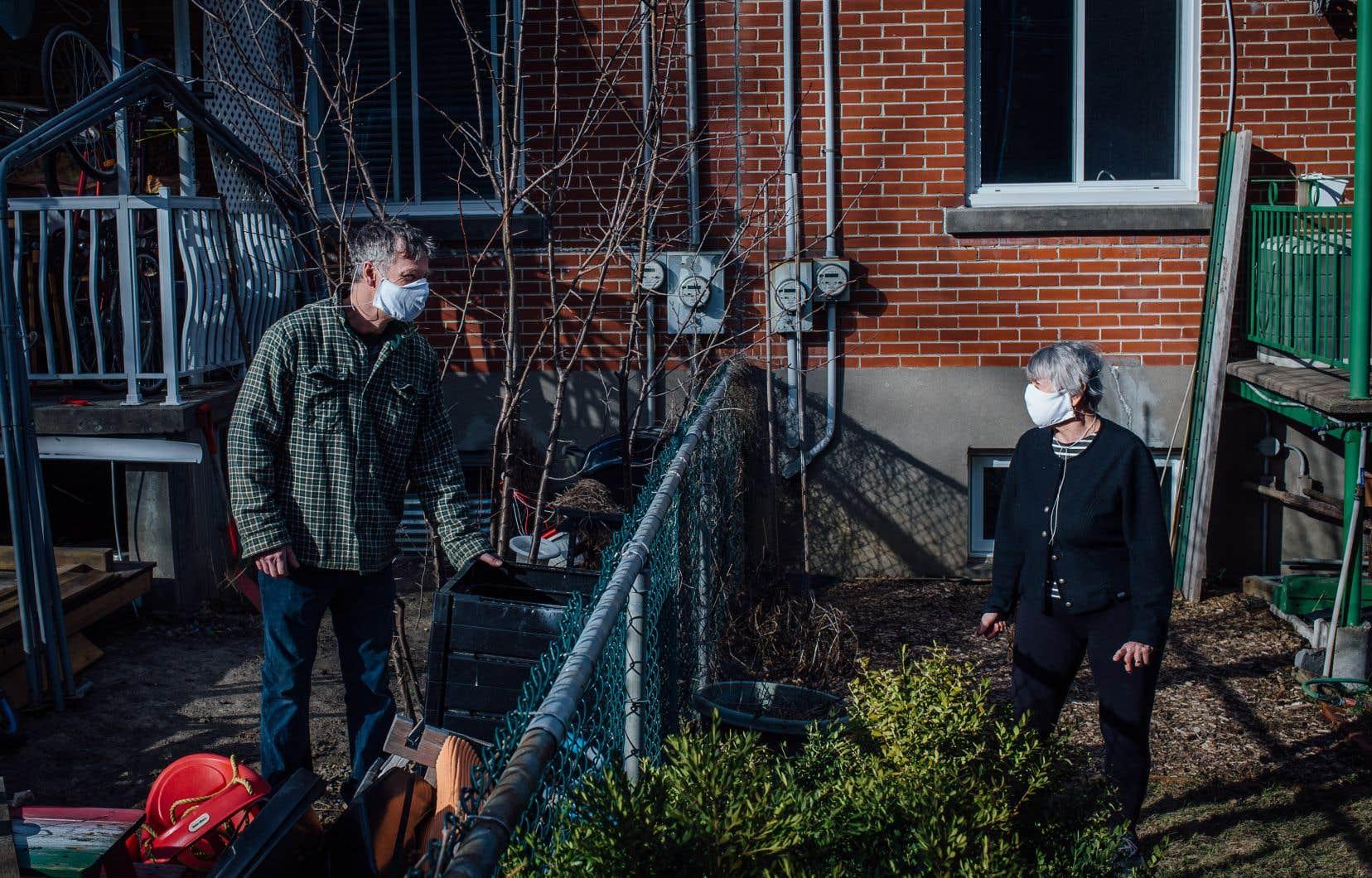 Francine Ouellette, une lectrice du «Devoir» du Nouveau-Rosemont, discute avec son voisin Michel Gendron. Mme Ouellette s'est lancée dans la fabrication de masques maison. Elle les distribue à ses voisins et ses amis.