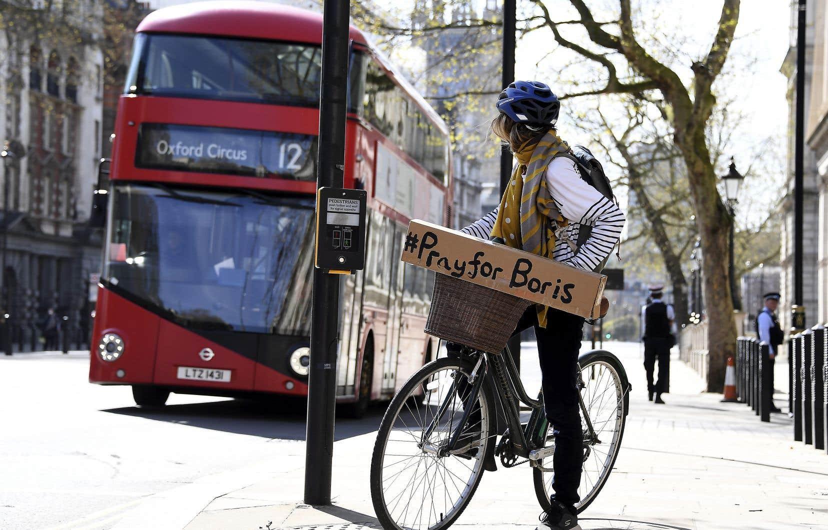 Atteint de la COVID-19, le premier ministre britannique, Boris Johnson, a été transféré aux soins intensifs de l'hôpital londonien St Thomas lundi soir. Il est dans un état «stable» et «garde le moral».