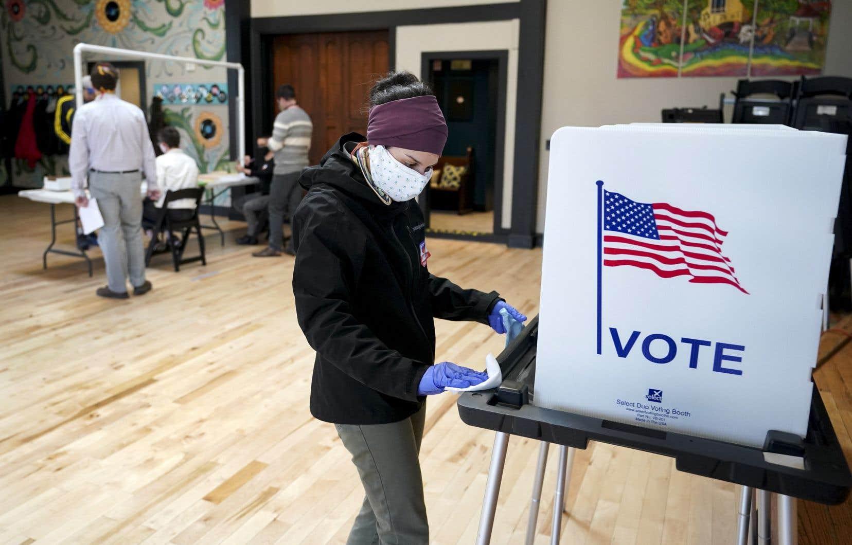 Les habitants du Wisconsin ont voté mardi, en pleine pandémie du coronavirus, pour des scrutins locaux et la primaire démocrate entre Joe Biden et Bernie Sanders.