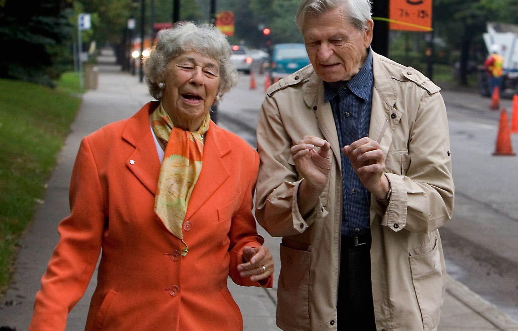Marguerite Lescop, ici en compagnie du père Benoit Lacroix en 2006, a été récipiendaire du prix du Grand public au Salon du livre de Montréal en 1996 pour son autobiographie intitulée Le tour de ma vie en 80 ans.