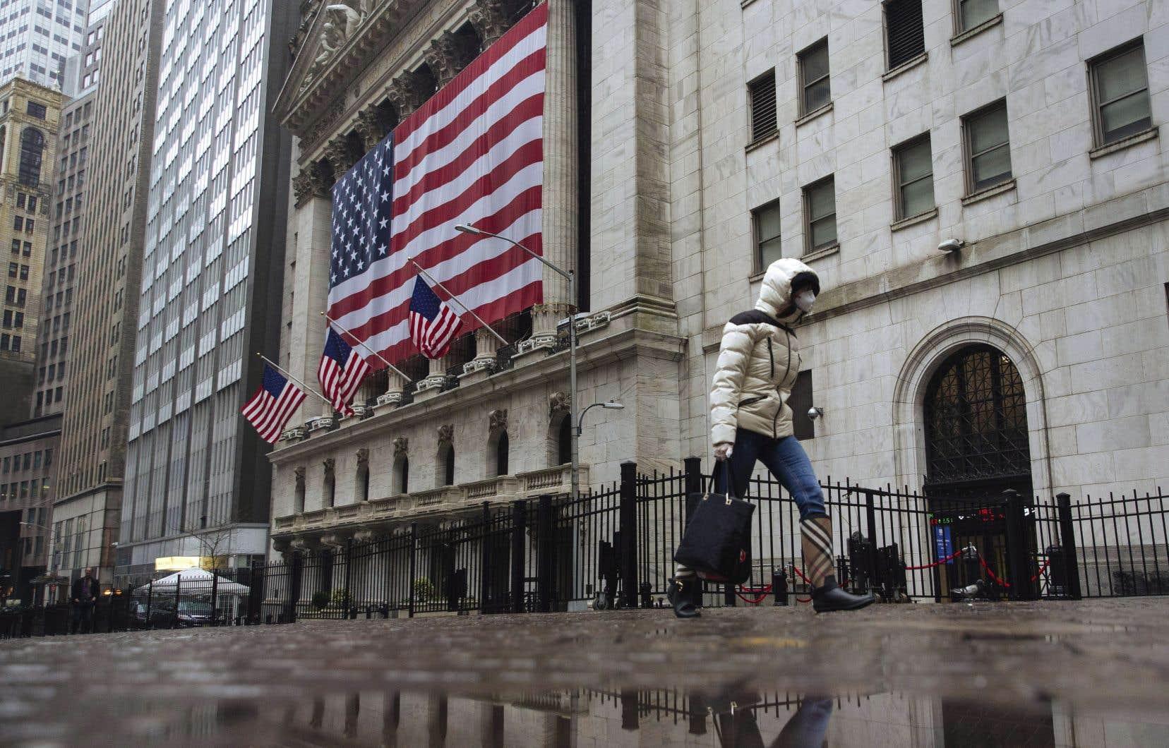À New York, la moyenne Dow Jones des valeurs industrielles gagnait 306,62 points à 22960,48 points, tandis que l'indice élargi S&P 500 avançait de 30,61 points à 2690,02 points.