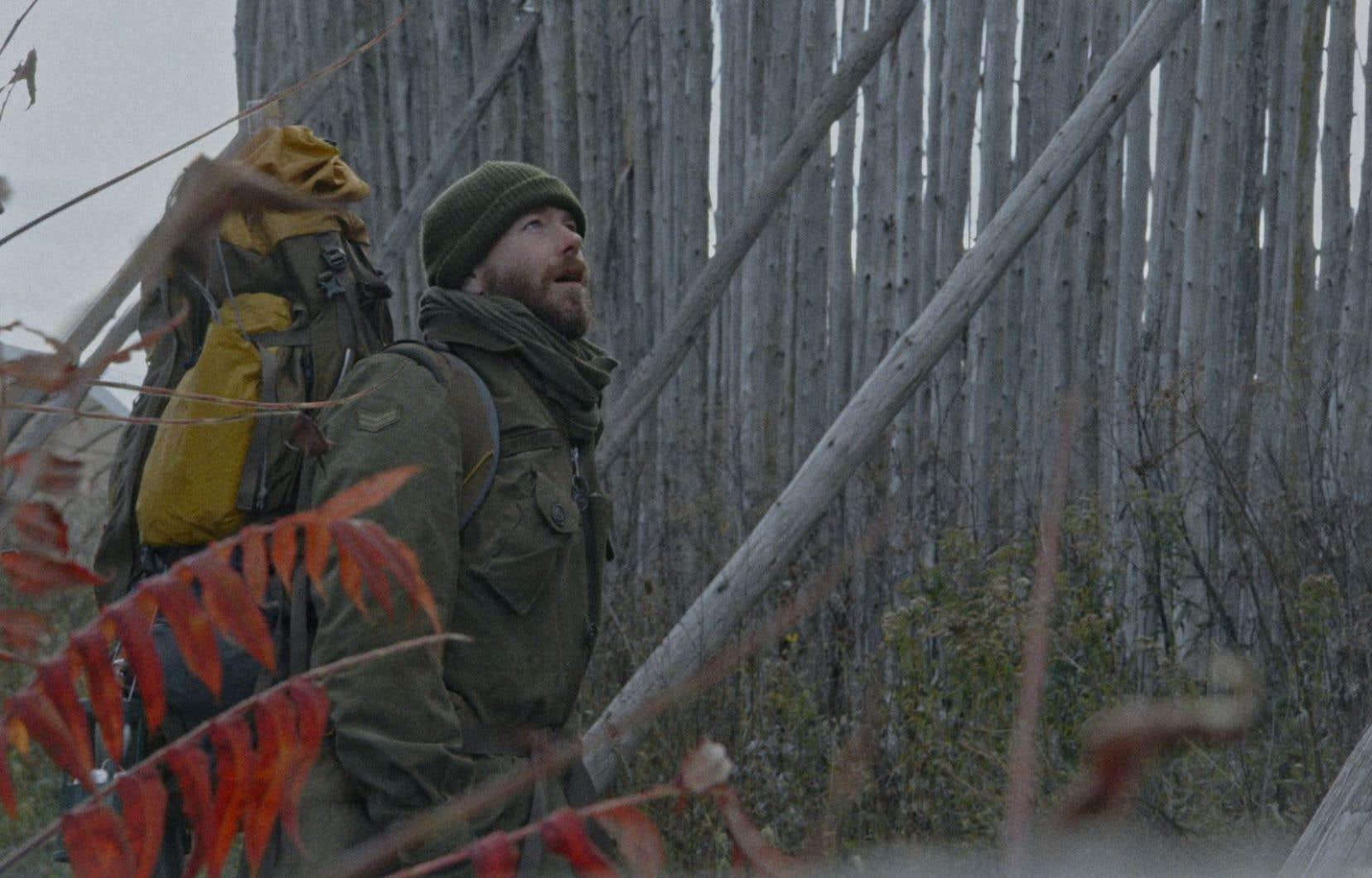 Vêtu comme un soldat, on ne saurait dire si l'homme au centre de ce 12<sup>e</sup>film de Denis Côté est un déserteur, un aventurier ou un sans-abri.