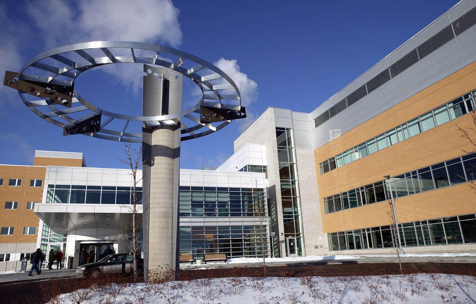 Depuis deux semaines, plus d'une vingtaine de médecins spécialistes travaillent en alternance dans une «unité COVID-19» de l'hôpital Pierre-Le Gardeur, à Terrebonne.