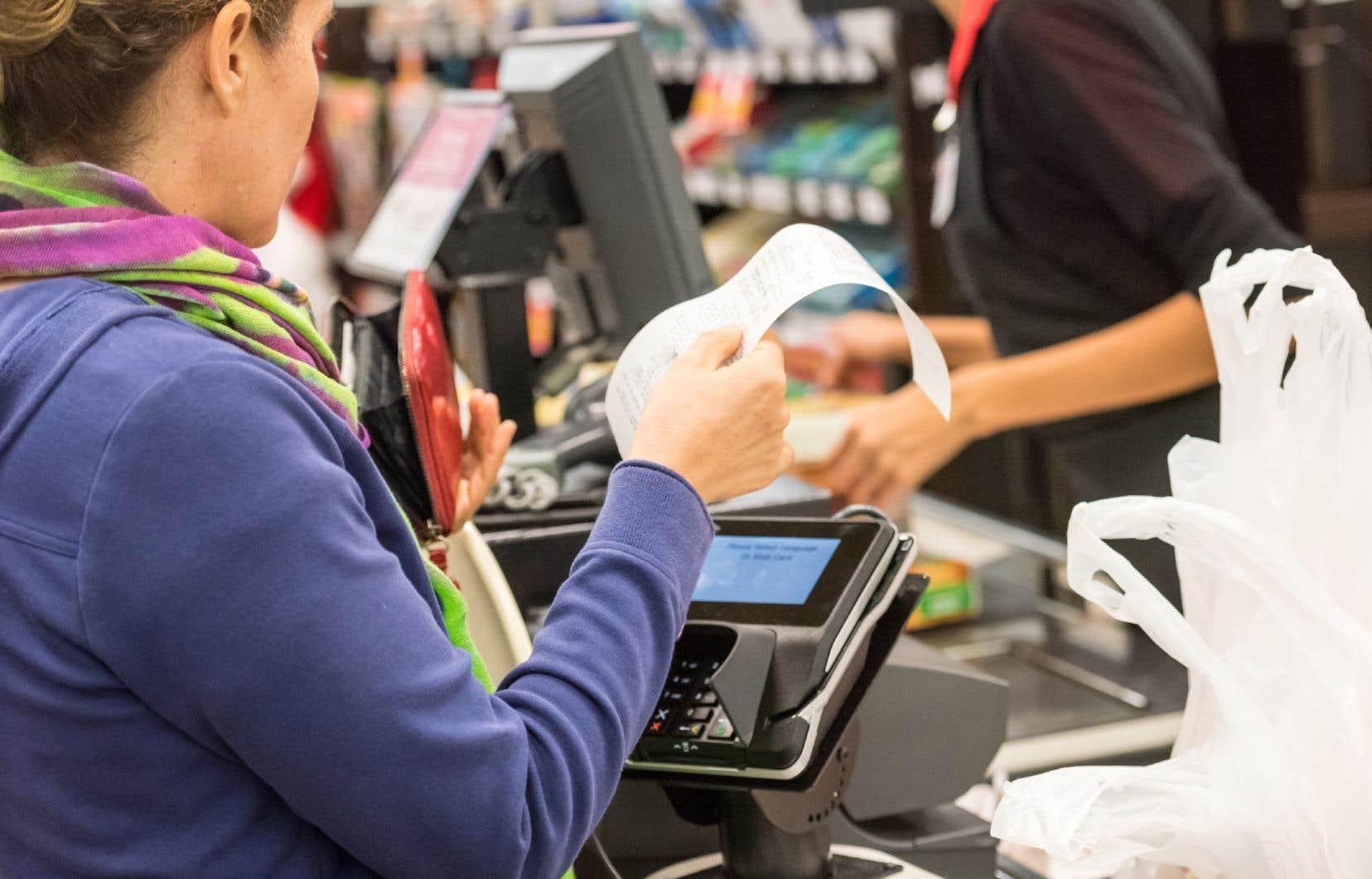 «De nombreux citoyens qui ont perdu leur emploi en raison de la pandémie actuelle doivent utiliser leur(s) carte(s) de crédit pour payer leur épicerie», rappelle l'autrice.