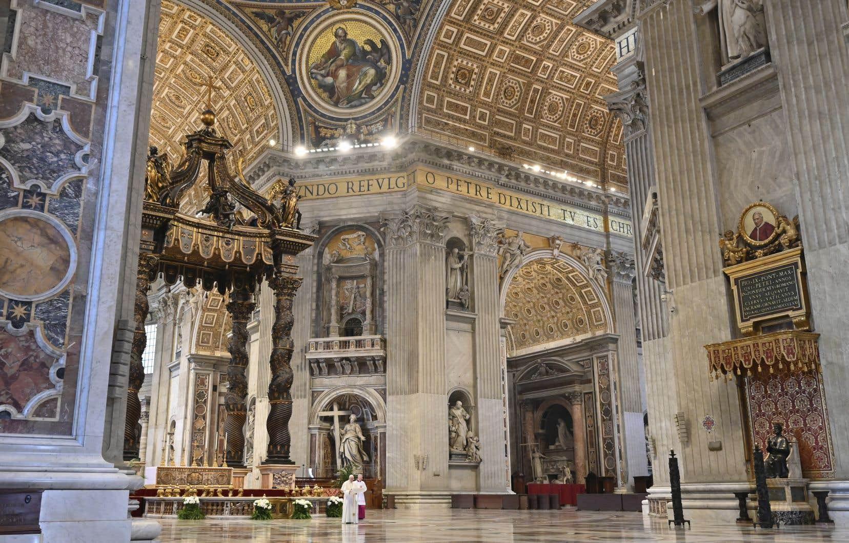 Depuis l'intérieur de l'immense basilique Saint-Pierre presque vide à l'heure du confinement, le pape François (en blanc, en bas à gauche de la photo) a présidé la messe de Pâques.