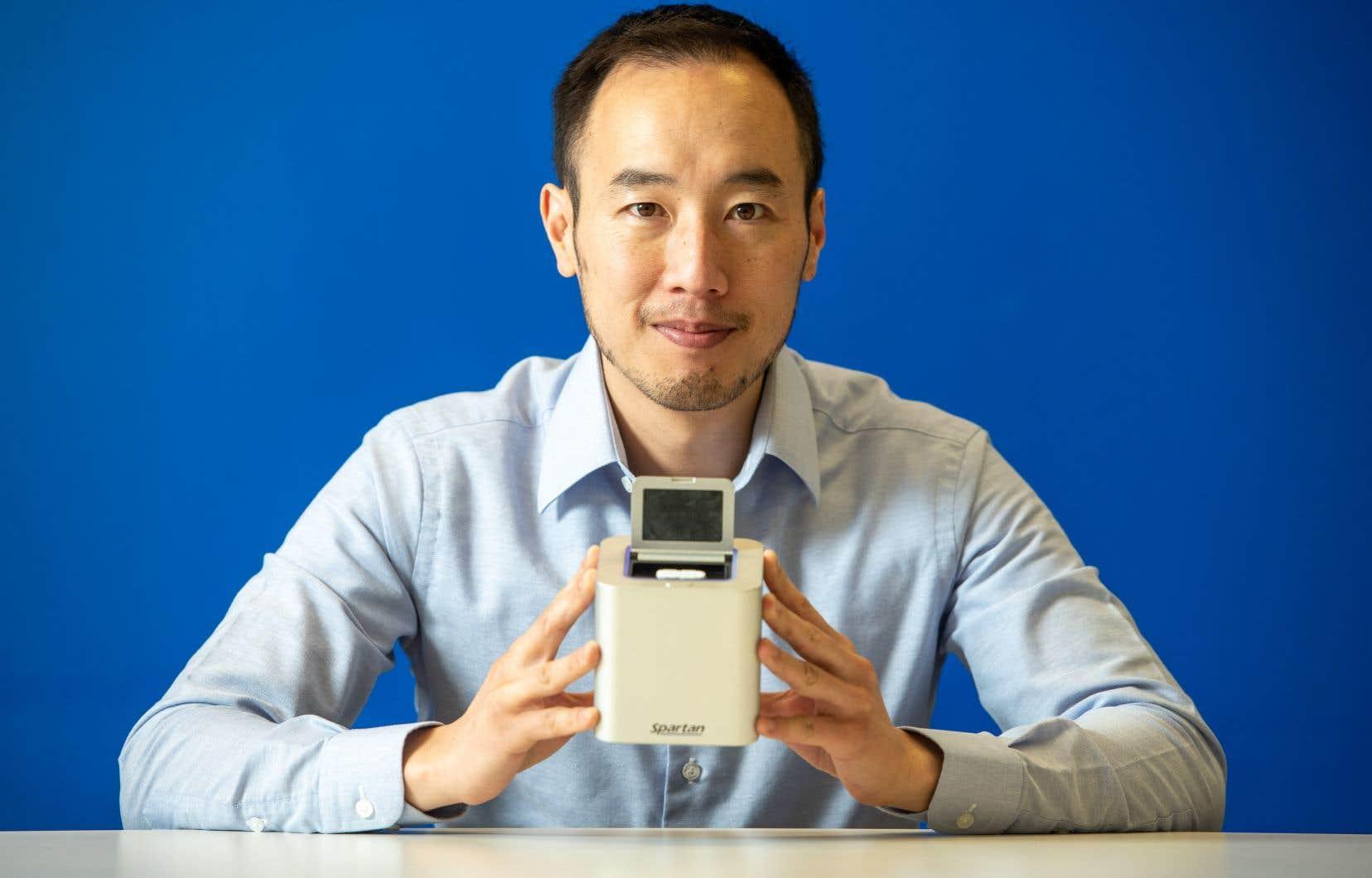 <p>L'appareil portatif, de la taille d'une tasse de café, a été nommé le «cube Spartan» par l'entreprise de biotechnologie basée à Ottawa qui l'a développé, Spartan Bioscience.</p>