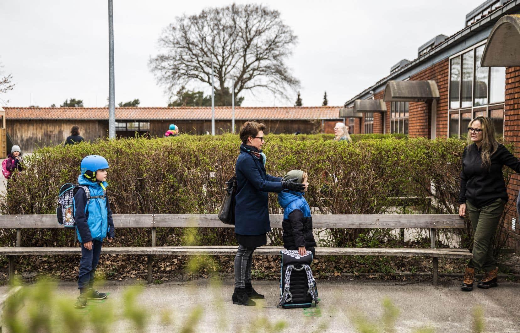 <p>Le gouvernement danois dit chercher un équilibre entre la nécessité de protéger la santé publique et celle de mettre le pays à l'abri d'une douloureuse récession — qui peut faire des ravages sociaux.</p>