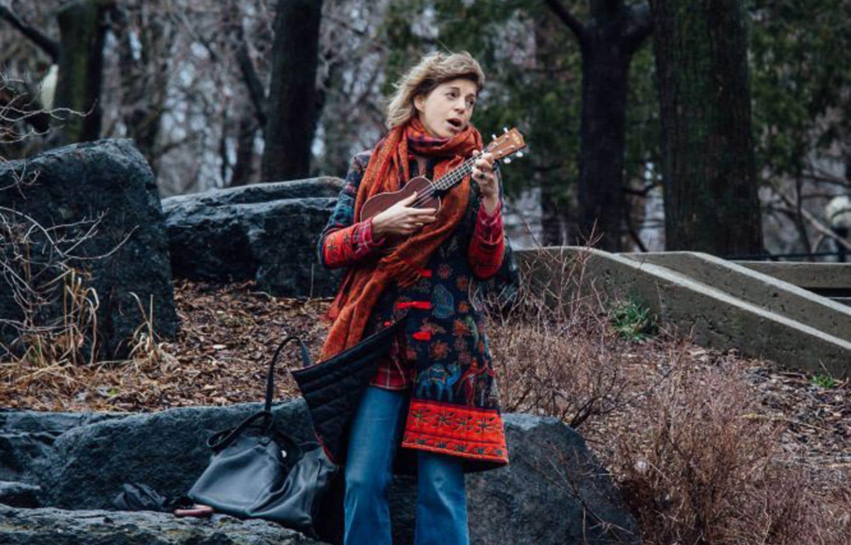 Marie-Annick Beliveau, musicienne, au parc La Fontaine. L'organisme SAMS a tourné de courtes capsules vidéo de petits spectacles improvisés, accessibles en ligne gratuitement.