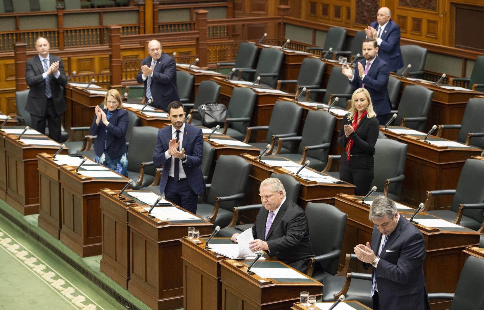 Mardi, 28 législateurs sont présents, dont 14 membres du gouvernement progressiste-conservateur, huit néodémocrates, deux libéraux, deux députés indépendants et le président de la Chambre.