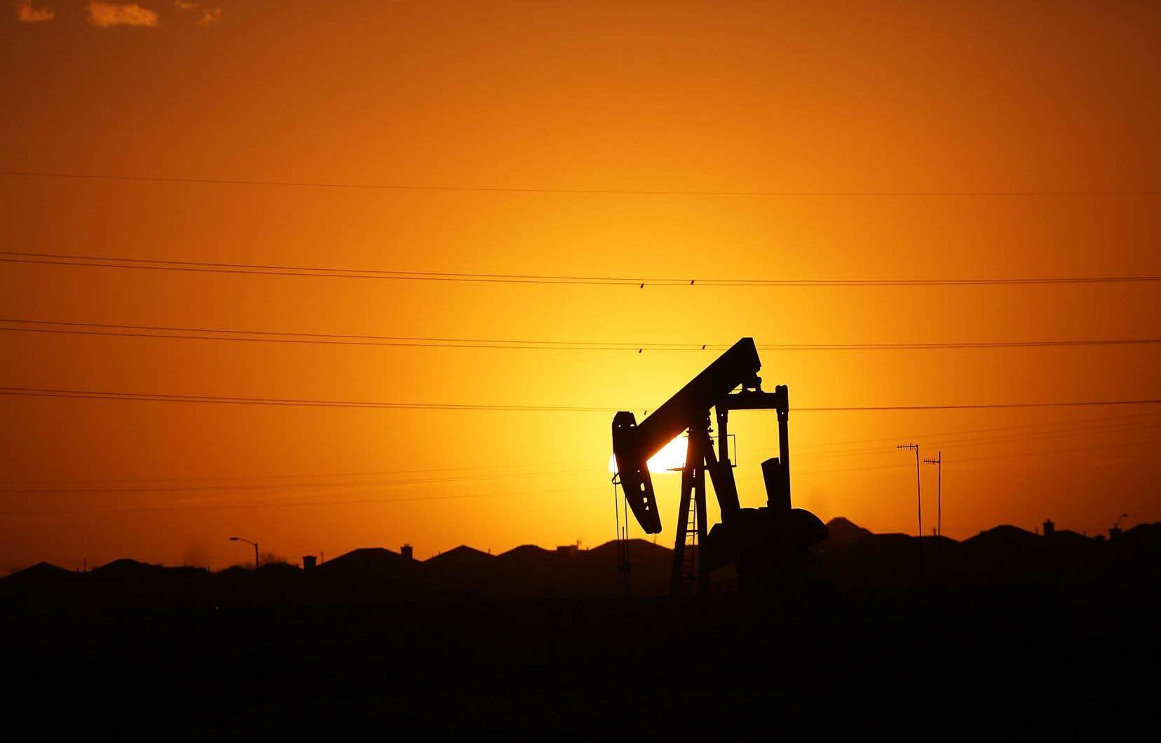 Pour les groupes pétroliers, les conséquences seront durables: les dépenses d'investissement du secteur devraient plonger d'un tiers cette année.