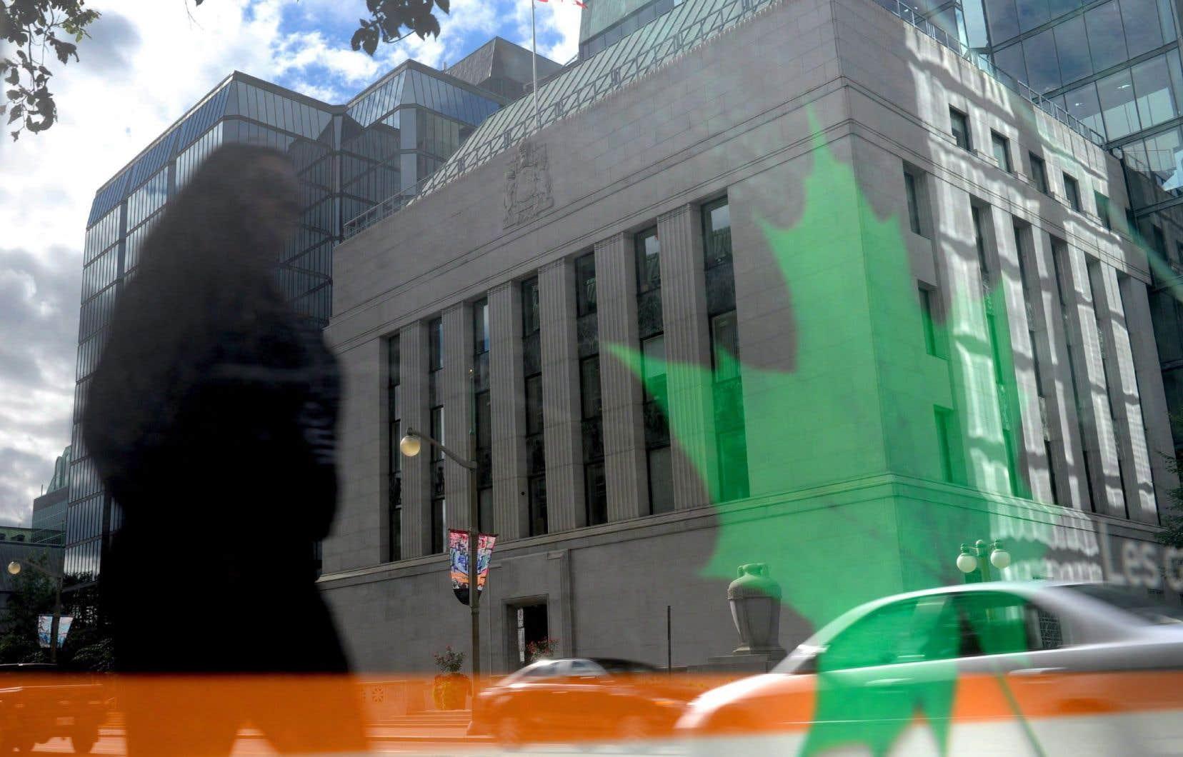 La Banque du Canada a acheté pour quelque 200 milliards de dollars d'actif depuis la mi-mars, soit plus du double de la taille de son actif au bilan avant la crise, retient Oxford Economics.