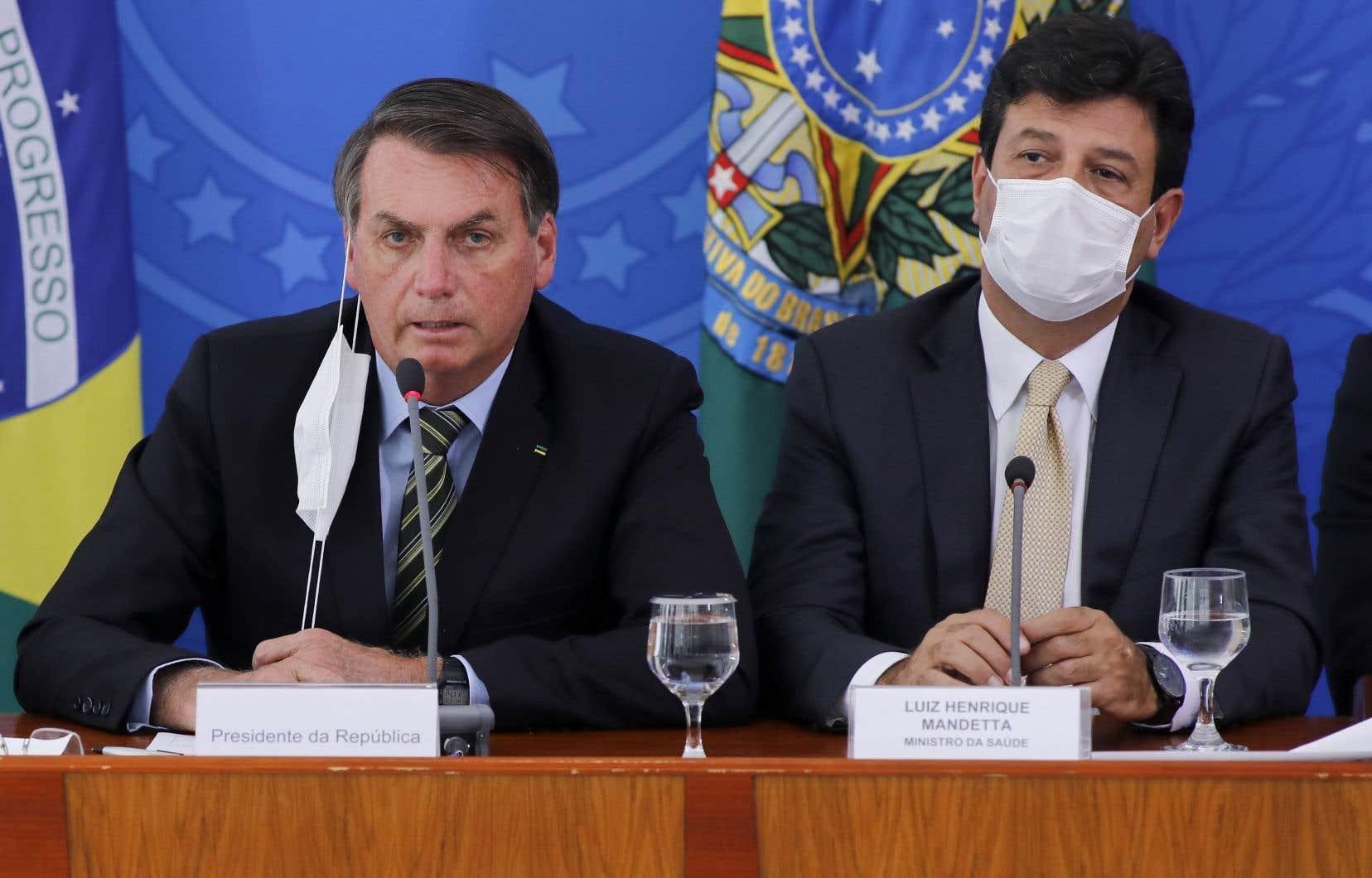 Le ministre de la Santé, Luiz Henrique Mandetta, qui prône la distanciation sociale et le confinement, est en total désaccord avec Jair Bolsonaro qui a souvent décrié «l'hystérie» autour d'«une petite grippe» et prôné le retour au travail des Brésiliens, pour sauvegarder l'économie.