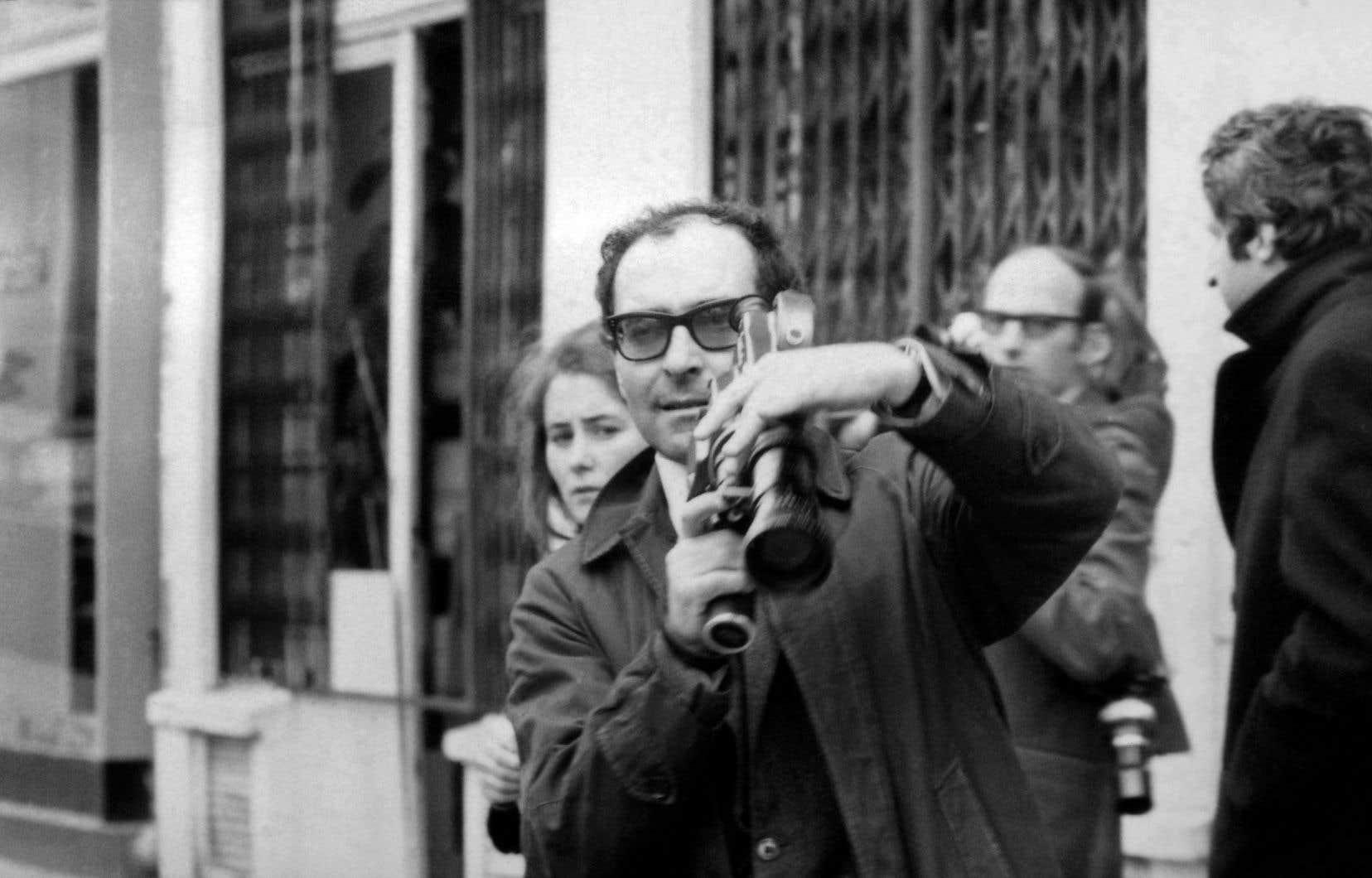 Camera en mains, le cinéaste Jean-Luc Godard filme une manifestation à Paris le 6 mai 1968.