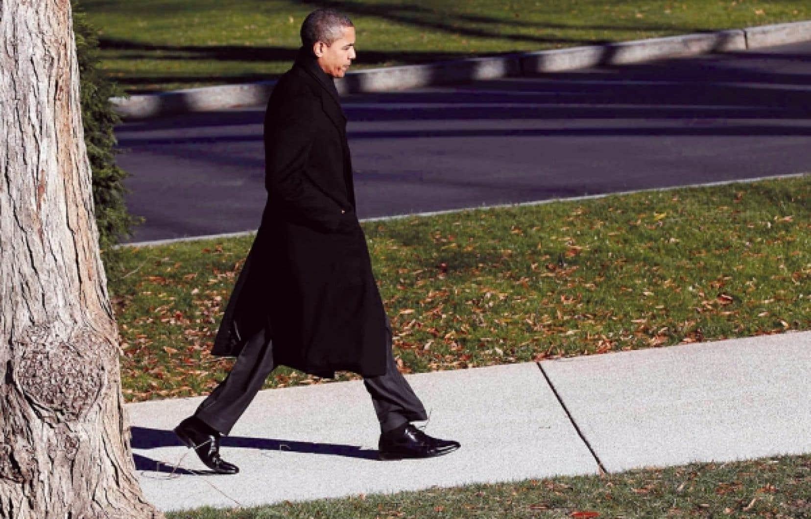 Barack Obama, photographié hier alors qu'il rentrait à la Maison-Blanche après une rencontre avec des patrons influents sur le thème de la création d'emplois.<br />