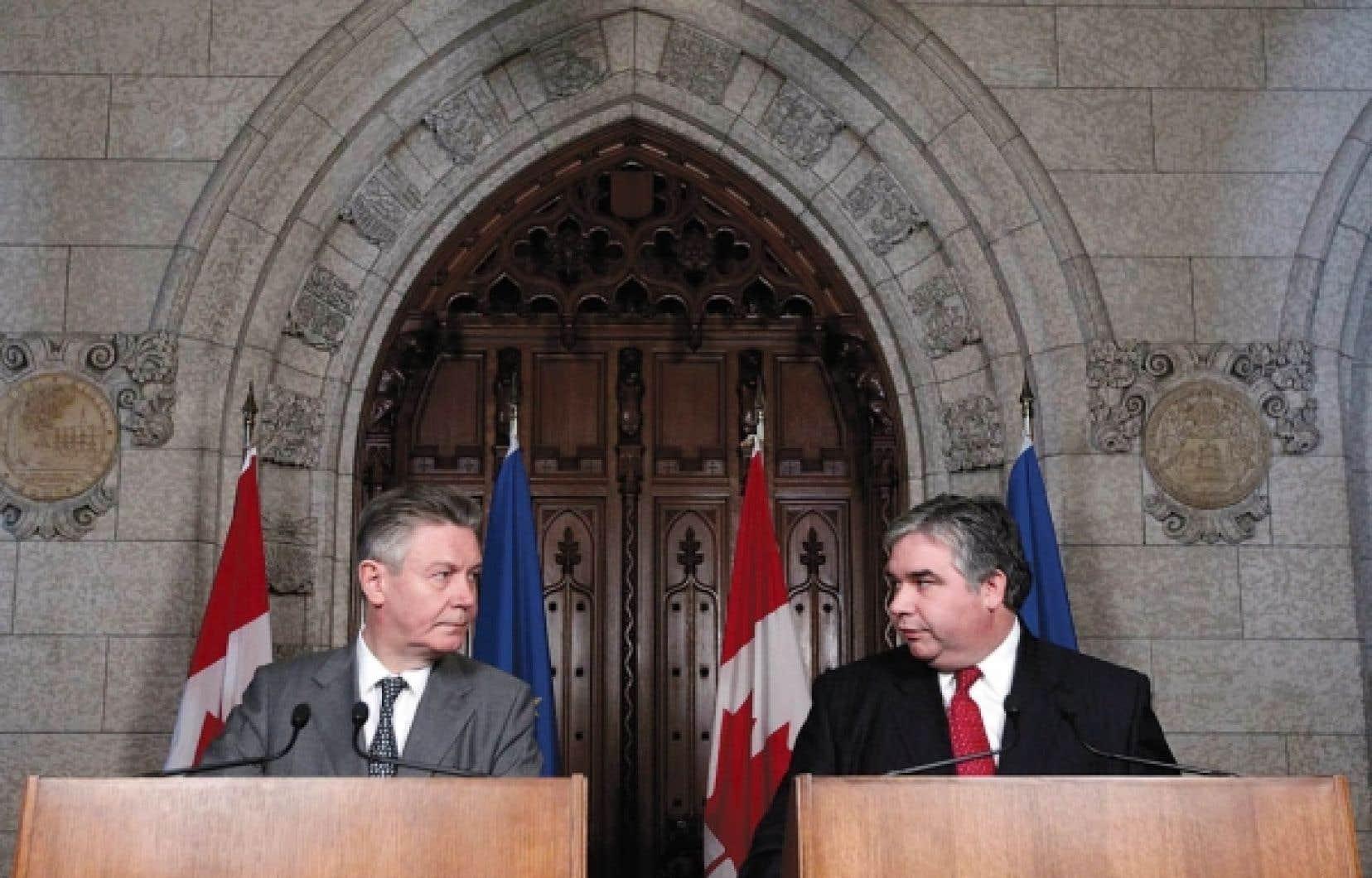 Le commissaire européen au Commerce, Karel De Gucht, et le ministre canadien du Commerce international, Peter Van Loan.