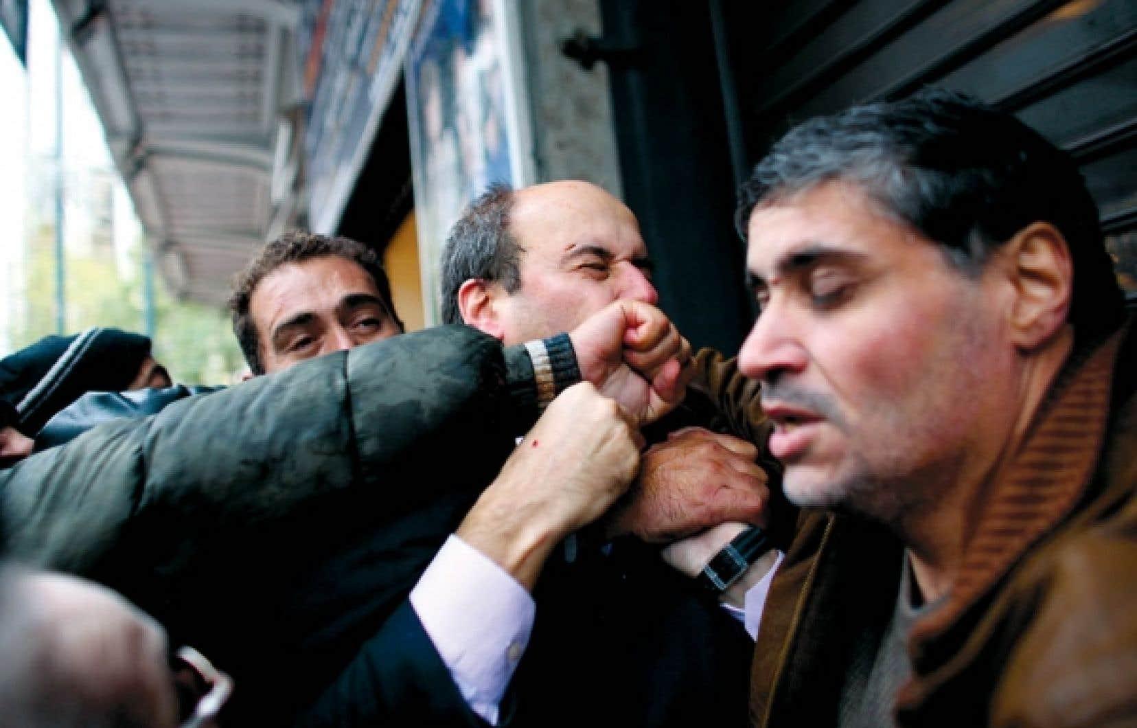 Un député a été molesté par la foule hier en Grèce, où des manifestations émaillées d'incidents assez violents ont rassemblé des dizaines de milliers de personnes contre les réductions de salaire et les nouvelles mesures d'austérité prévues en 2011. Costis Hadzidakis, député et ex-ministre de droite, a été battu avant d'être mis à l'abri par les forces de l'ordre. <br />
