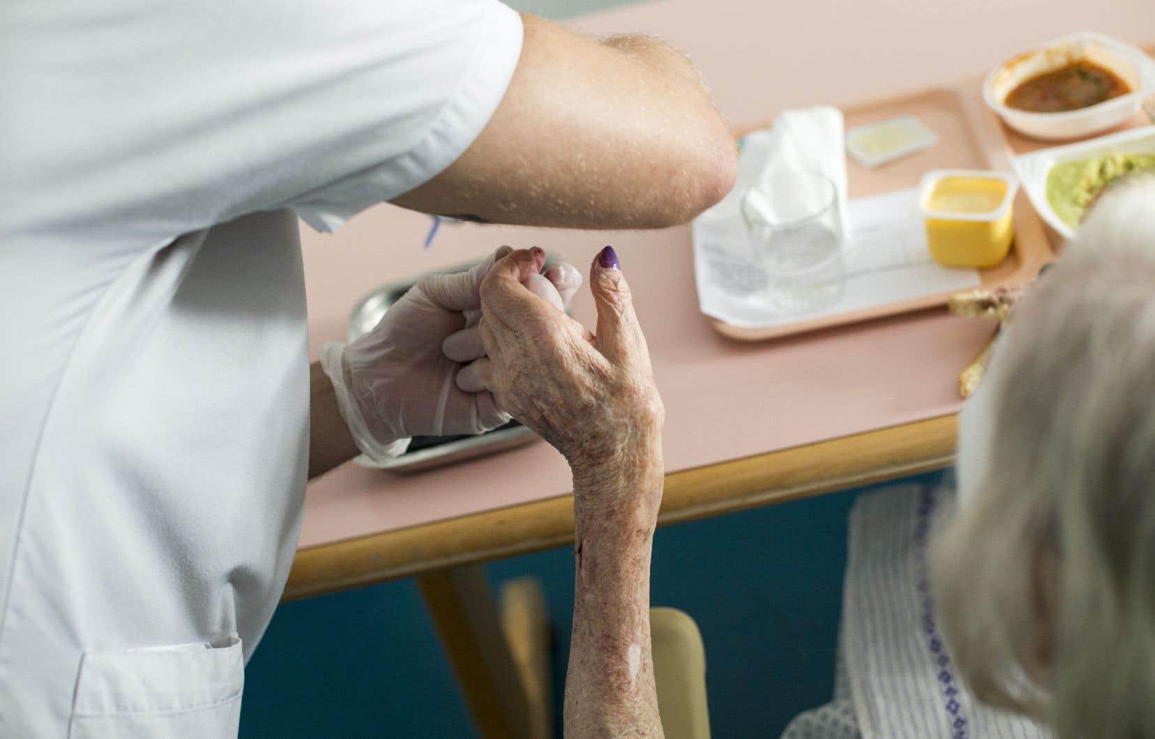 Plusieurs personnes qualifiées ne peuvent travailler dans le réseau de la santé en raison de démarches complexes pour obtenir un permis de travail.