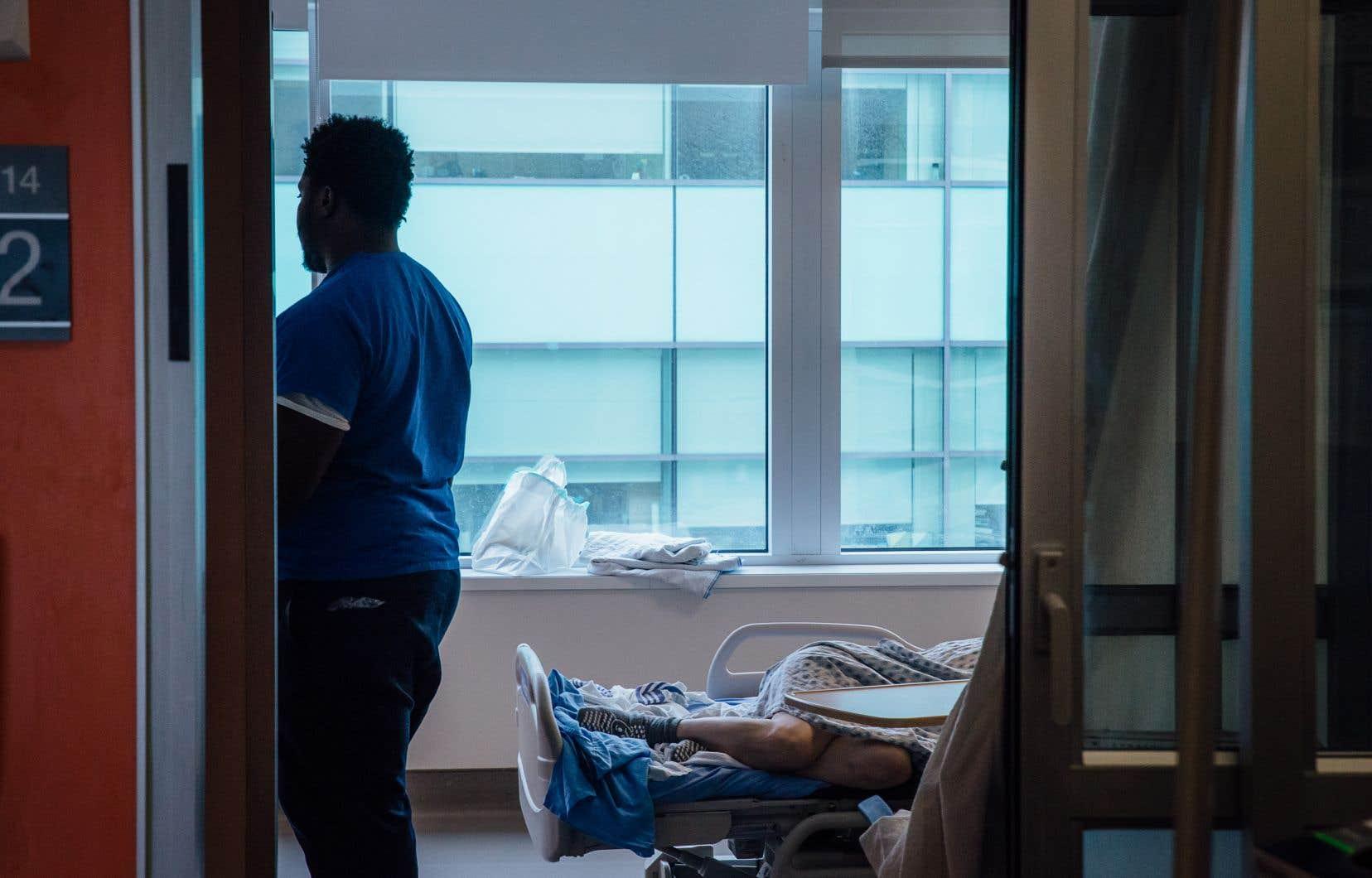 La présence de caméras pour surveiller les patients à l'Hôpital général juif de Montréal porte potentiellement atteinte à la dignité et au secret personnel, estime le Regroupement provincial des comités des usagers.